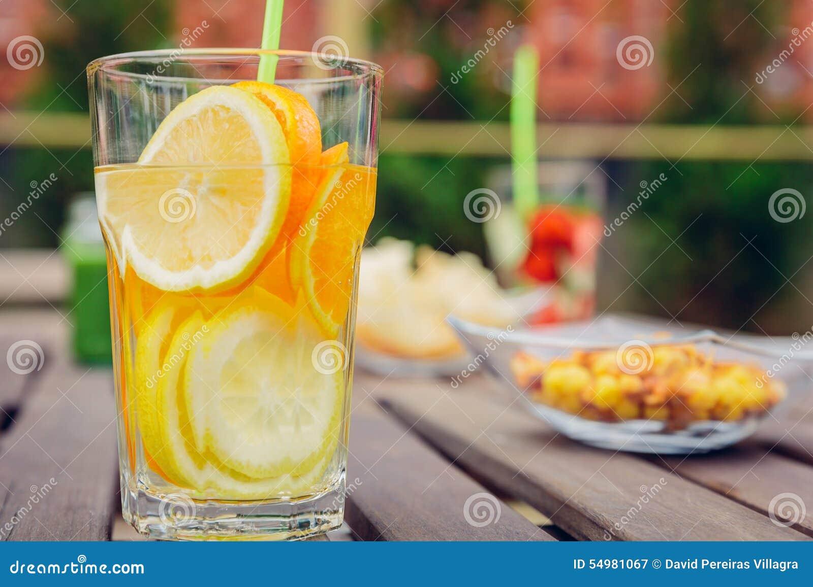 Ingav fruktvattencoctailar och grön grönsak