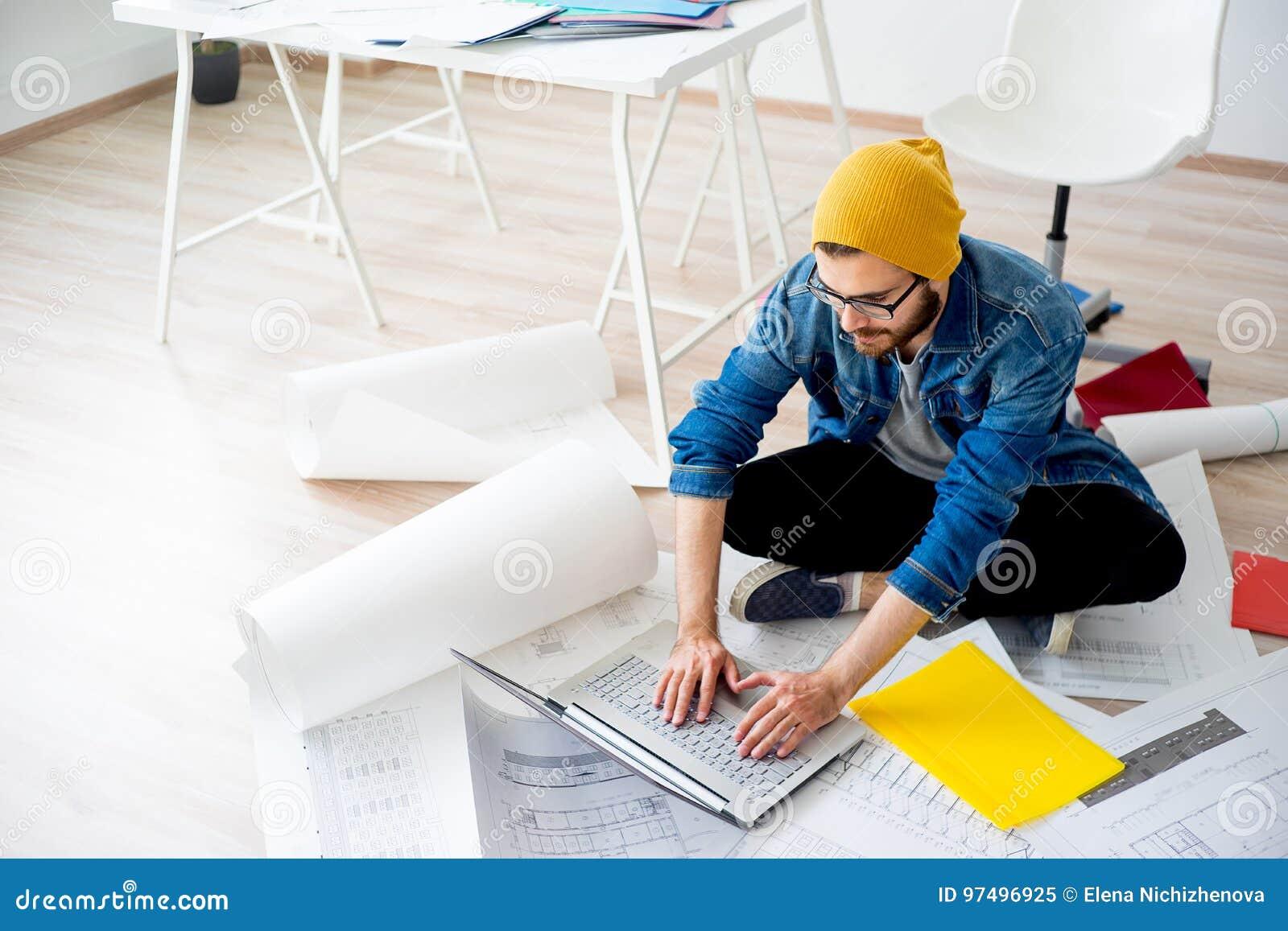 Ingegnere che crea un progetto