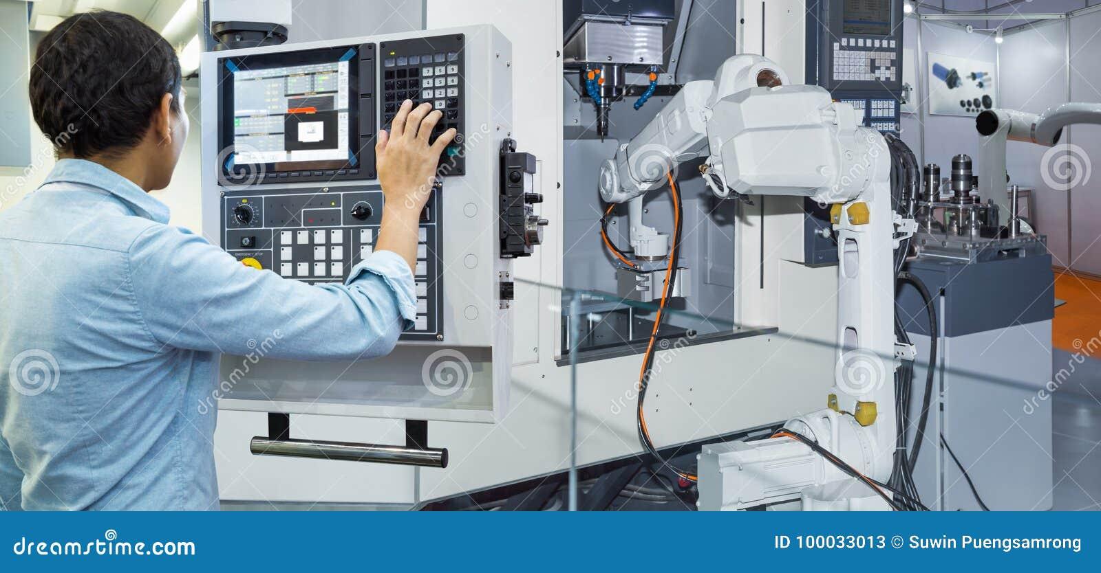 Ingegnere di manutenzione che controlla robot industriale