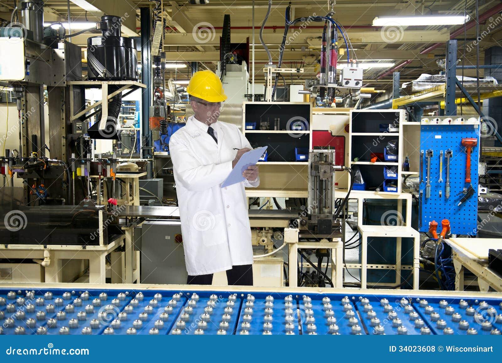 Ingegnere Tech di controllo di qualità in fabbrica industriale