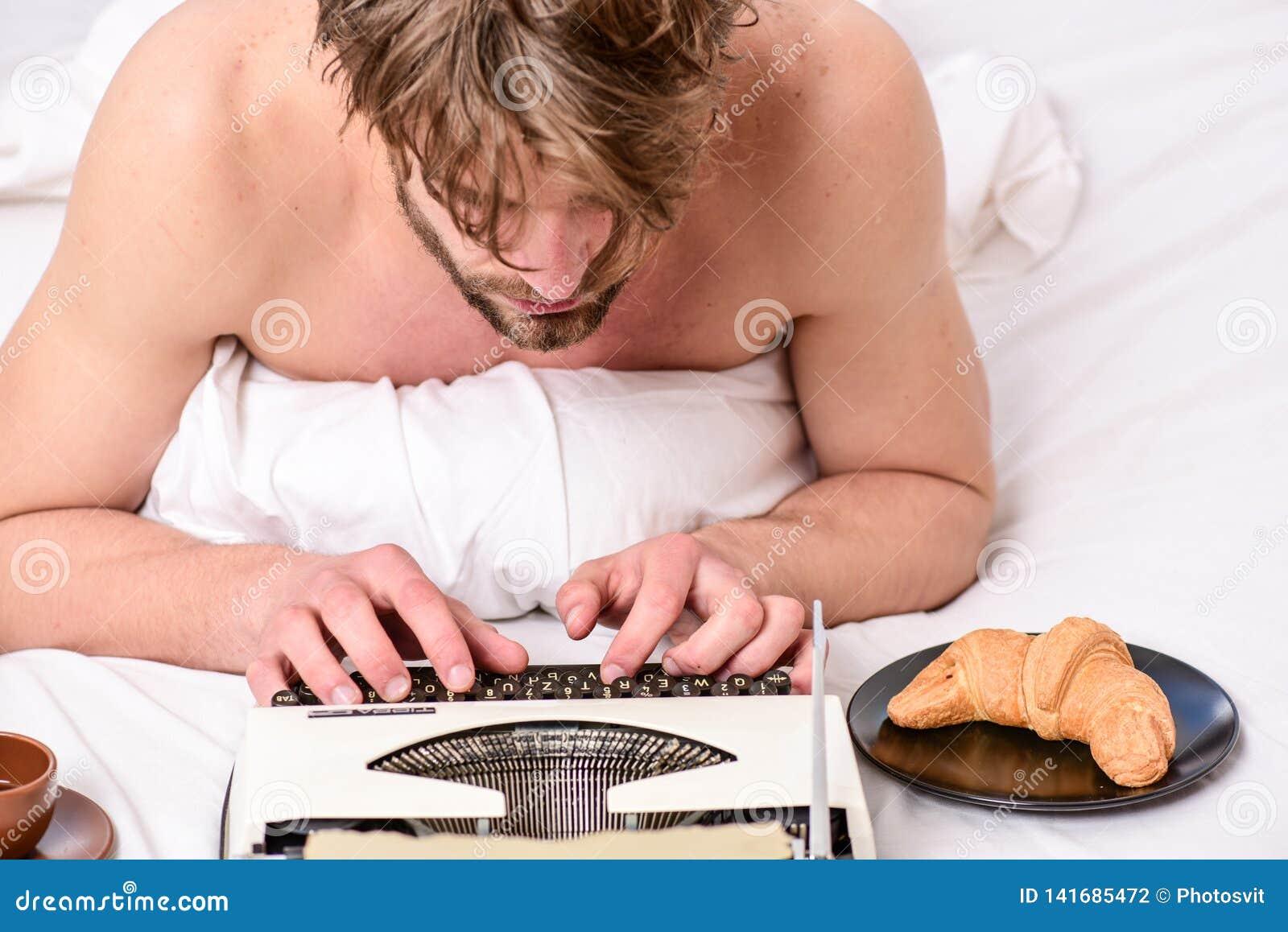 Ingen dag utan kapitel Tappningskrivmaskinsbegrepp Man som skriver den retro skrivande maskinen Gammal skrivmaskin på sängkläder