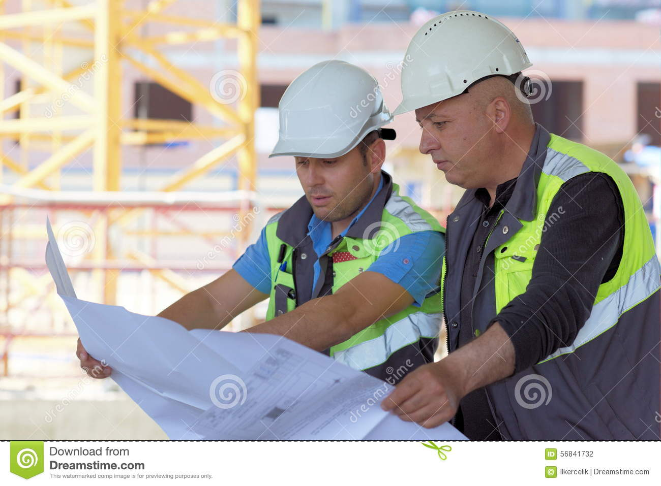 Ingeniero civil y capataz mayor At Construction Site