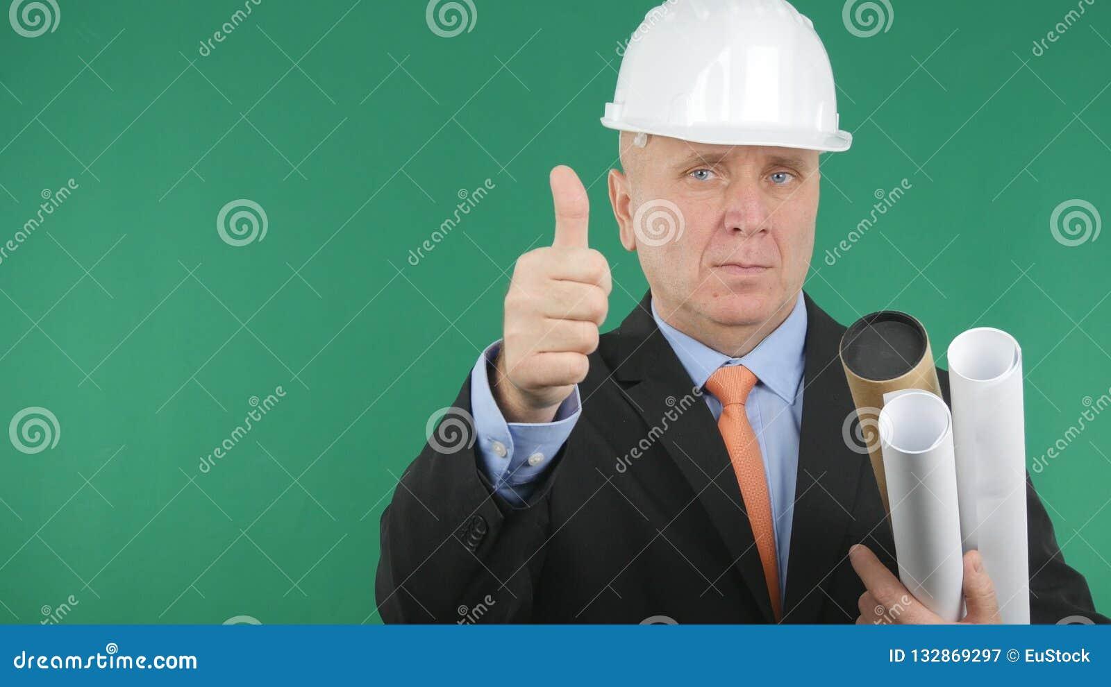 Ingeniero confiado Image Make Thumbs encima de una buena muestra del trabajo