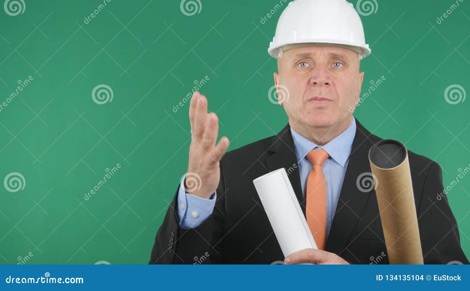 Ingeniero confiado y serio Image With Plans y proyectos a disposición que hablan y