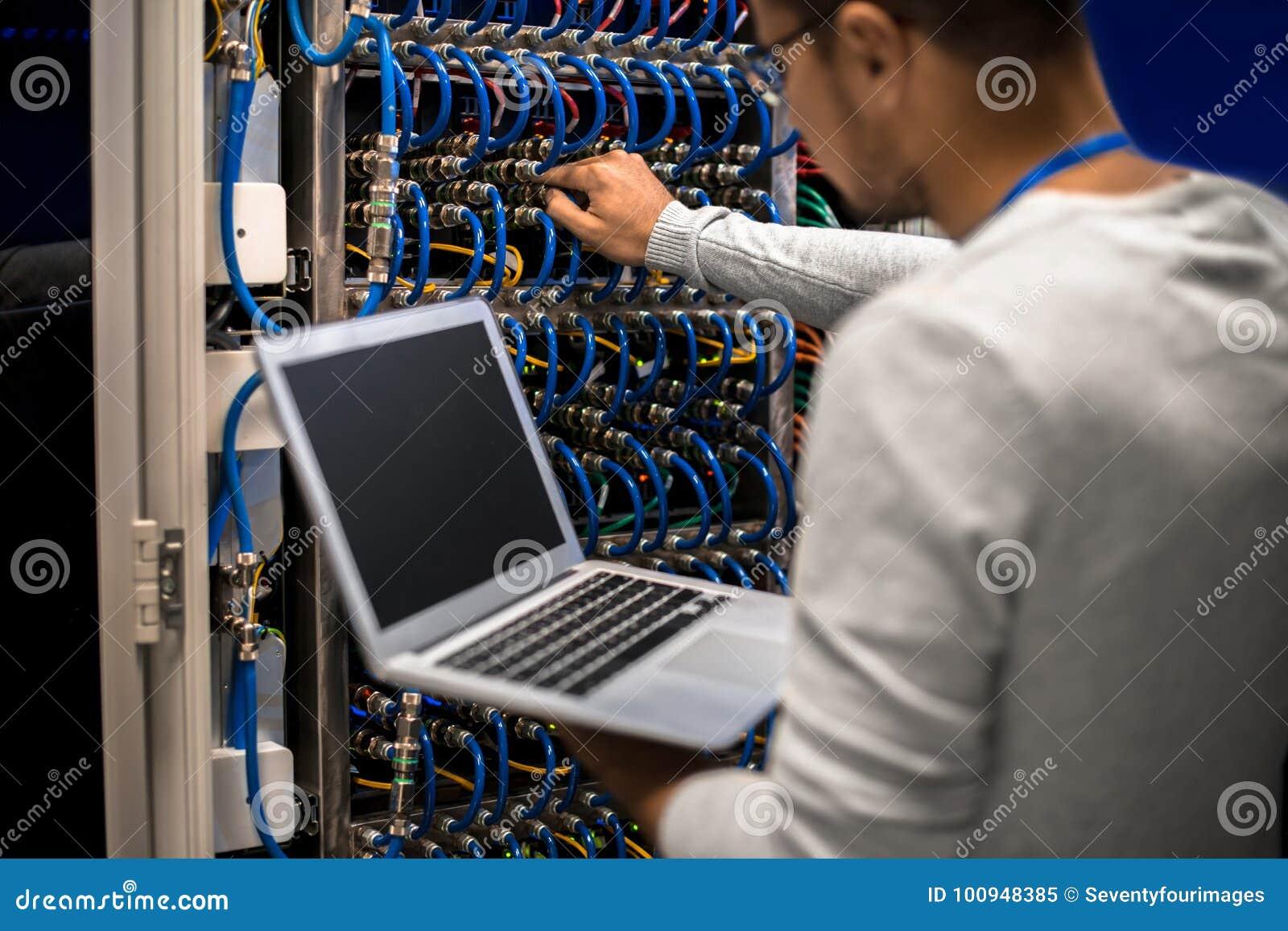 Ingeniero Connecting Servers de la red