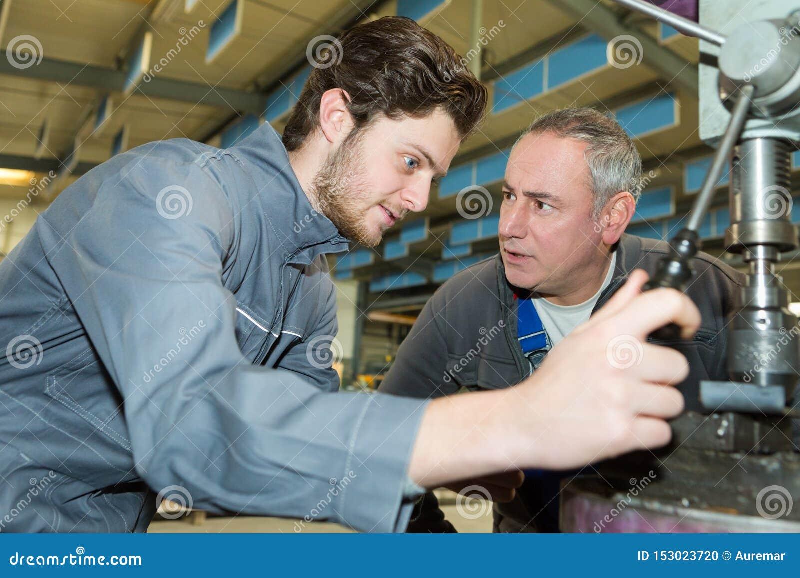Ingeniero de aprendices trabajando en el piso de fábrica