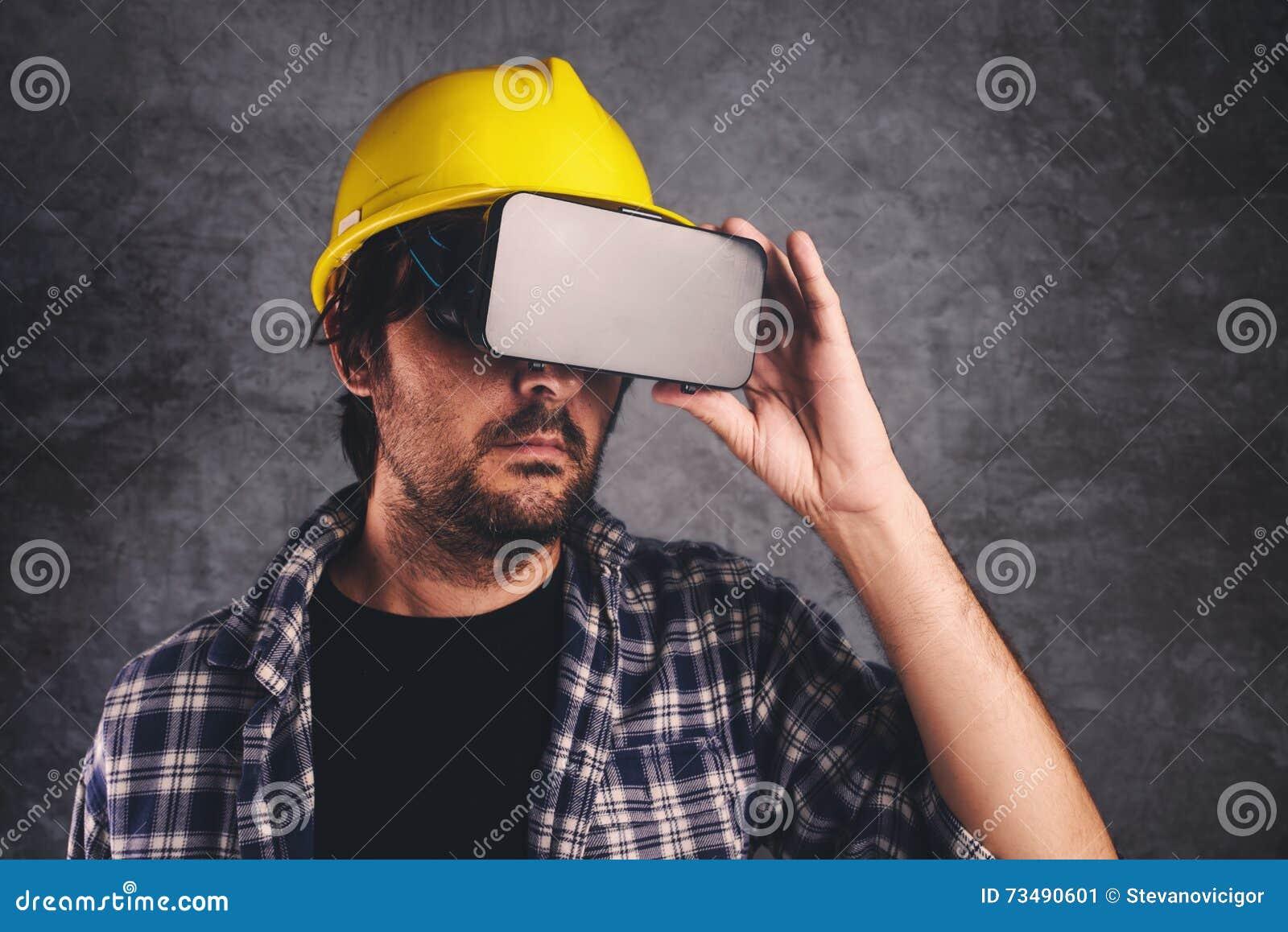 Ingeniero de construcción con las gafas de VR que maneja proyecto de edificio