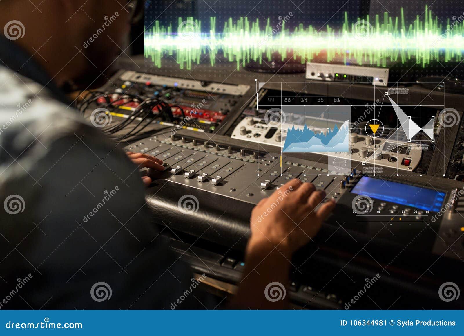 Ingeniero de sonido en la consola de mezcla del estudio de grabación