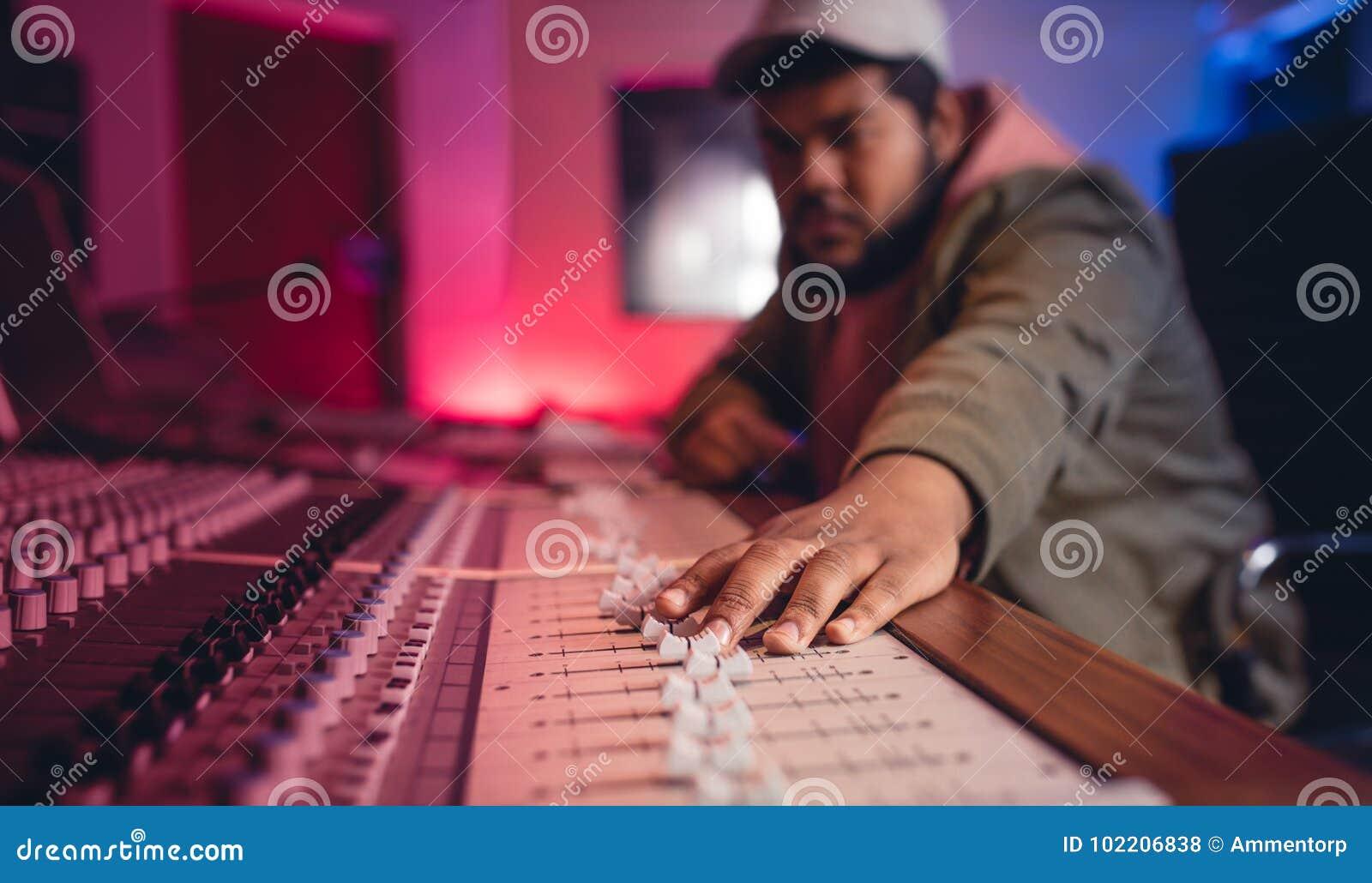 Ingeniero de sonido que trabaja en mezclador de la música
