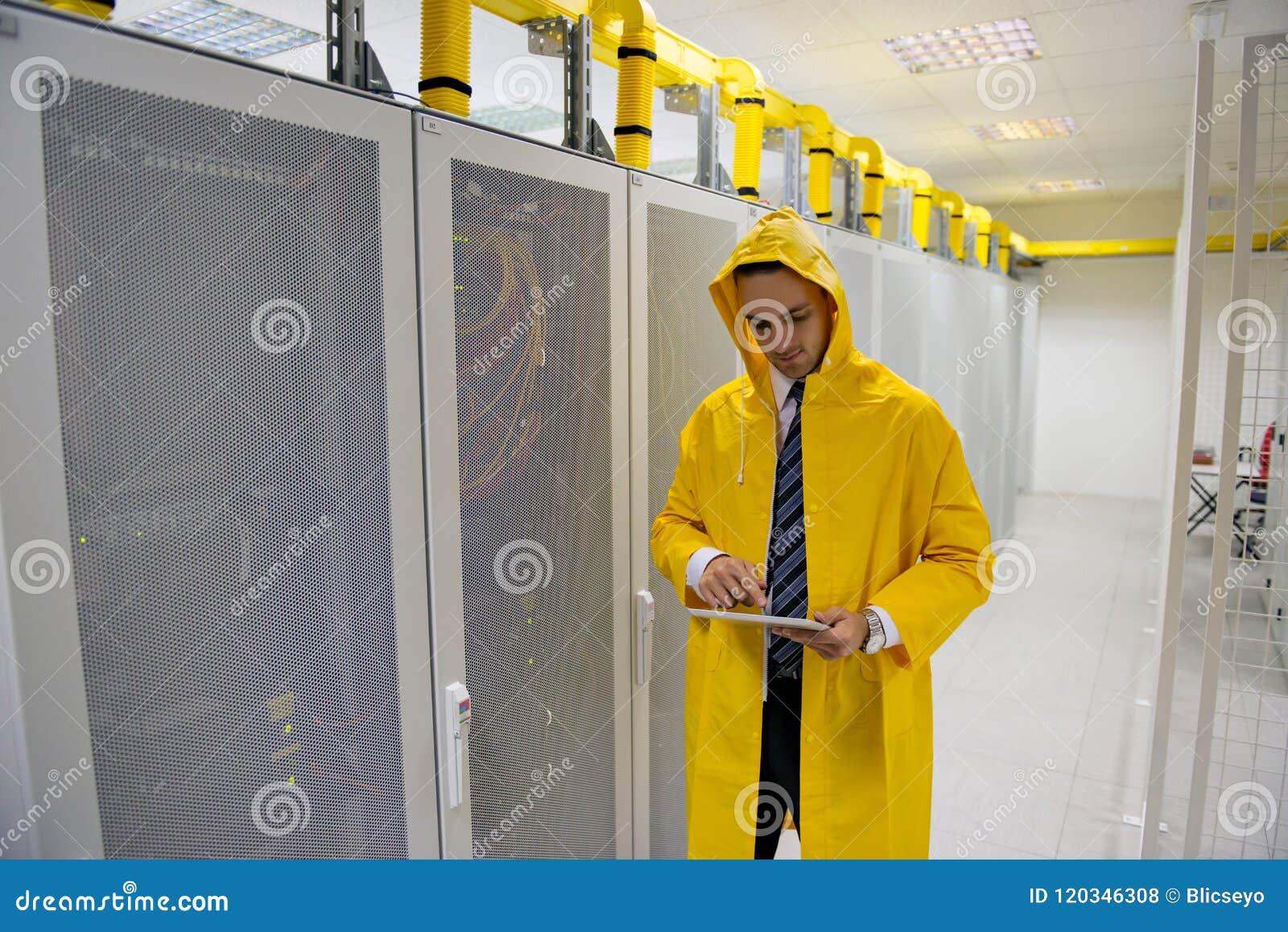 Ingeniero hermoso joven del hombre de negocios en sitio del servidor del datacenter