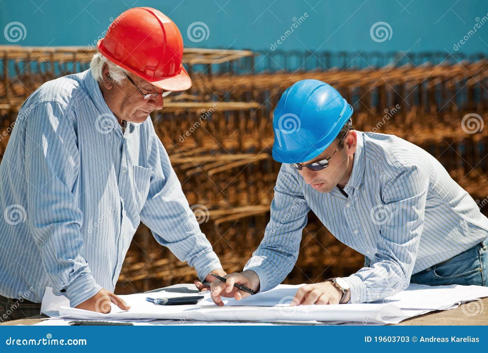 Ingeniero joven y capataz mayor