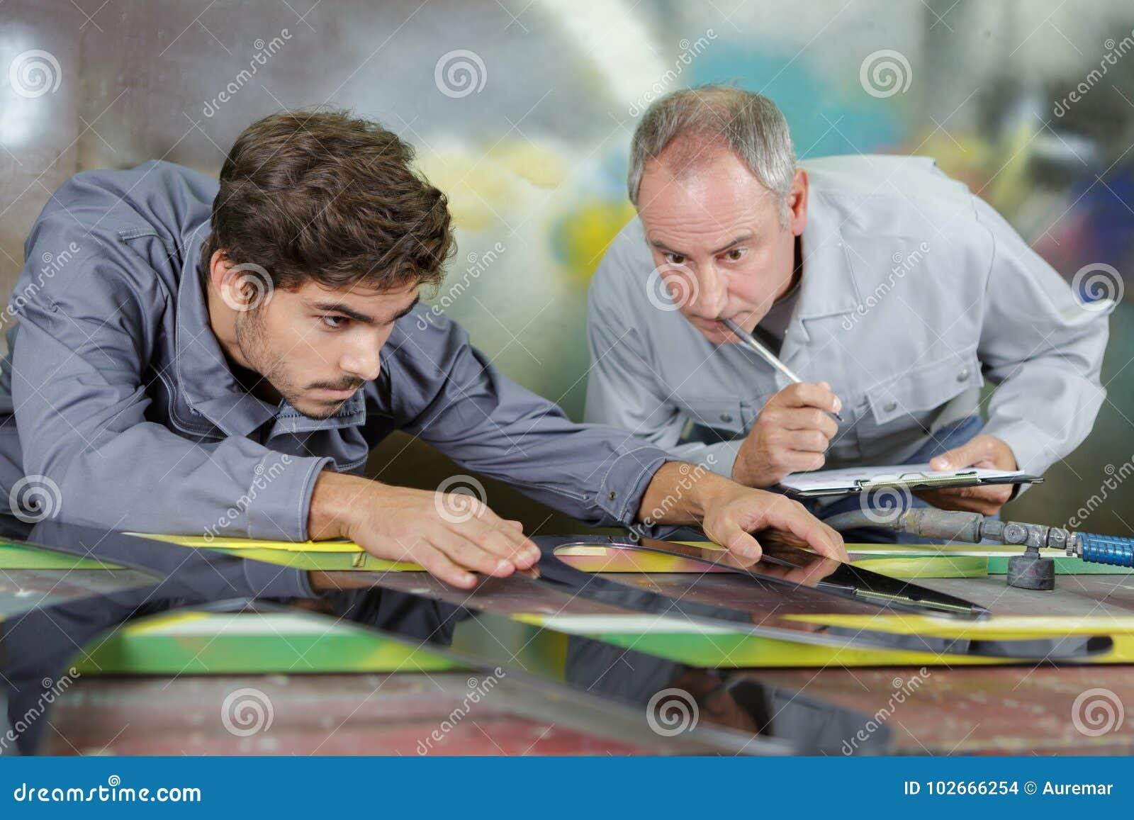 Ingeniero material que es observado por el profesor