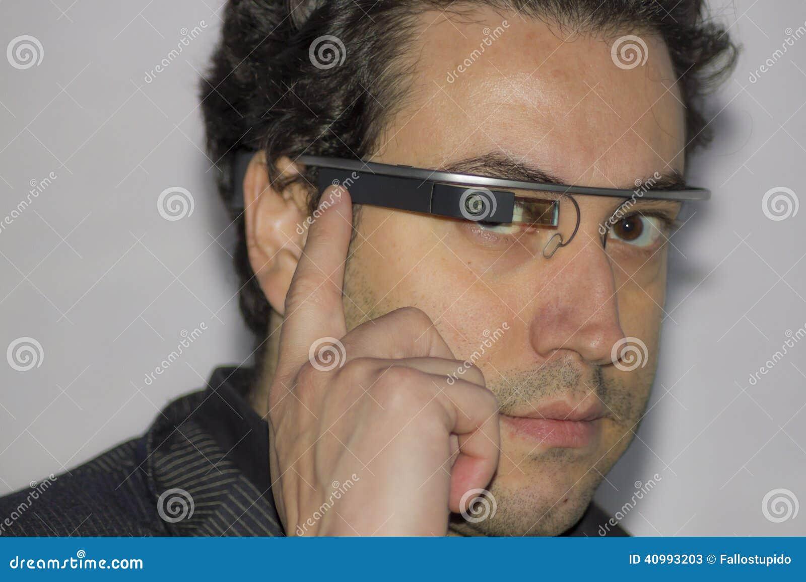 Ingeniero que lleva el vidrio de Google