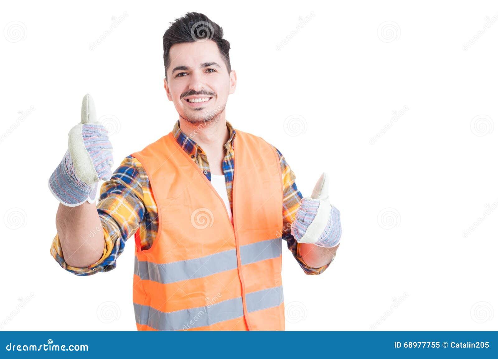 Ingeniero sonriente alegre que muestra los pulgares para arriba con ambas manos