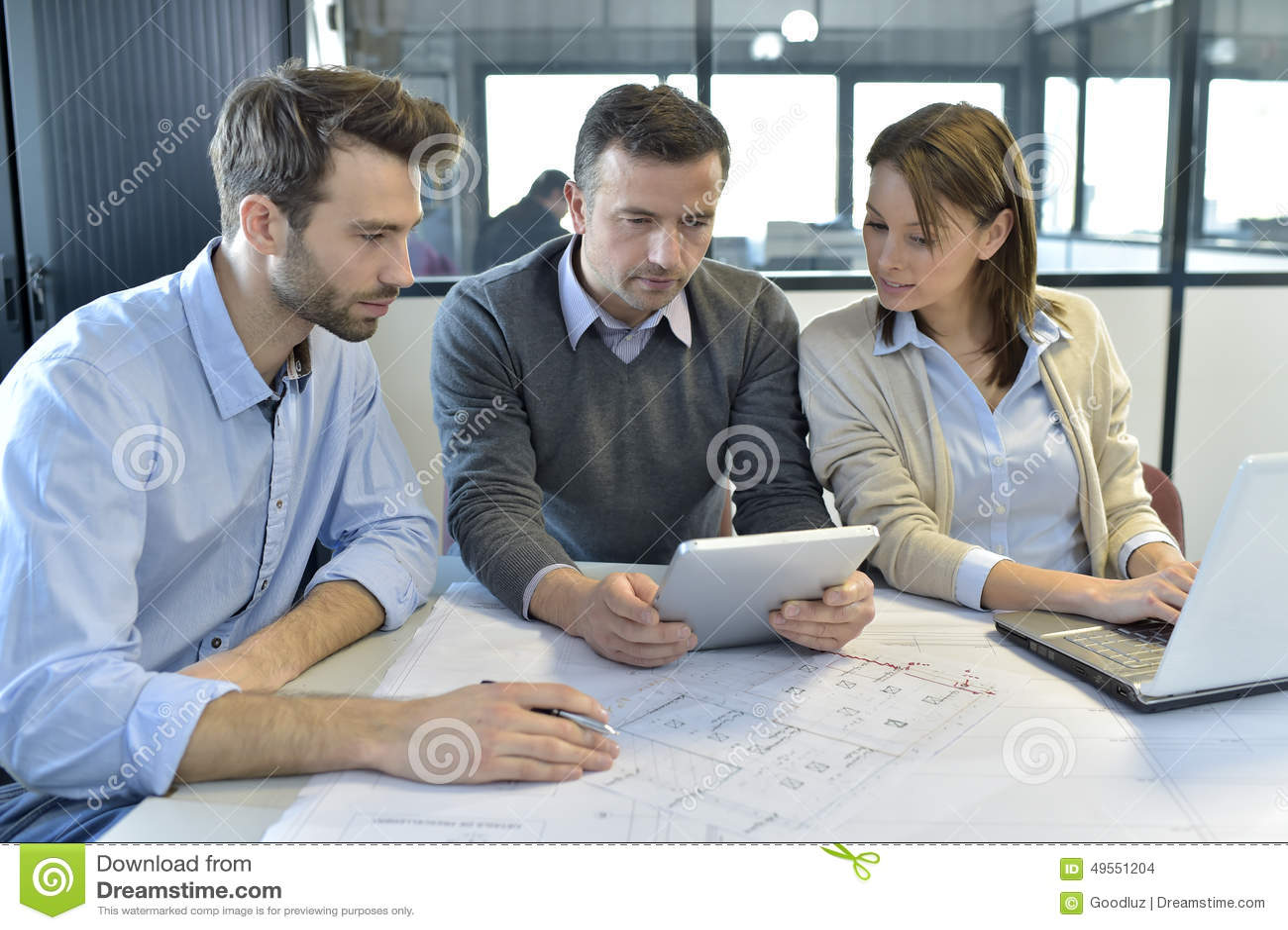 Ingenieros de la reunión de negocios en la oficina