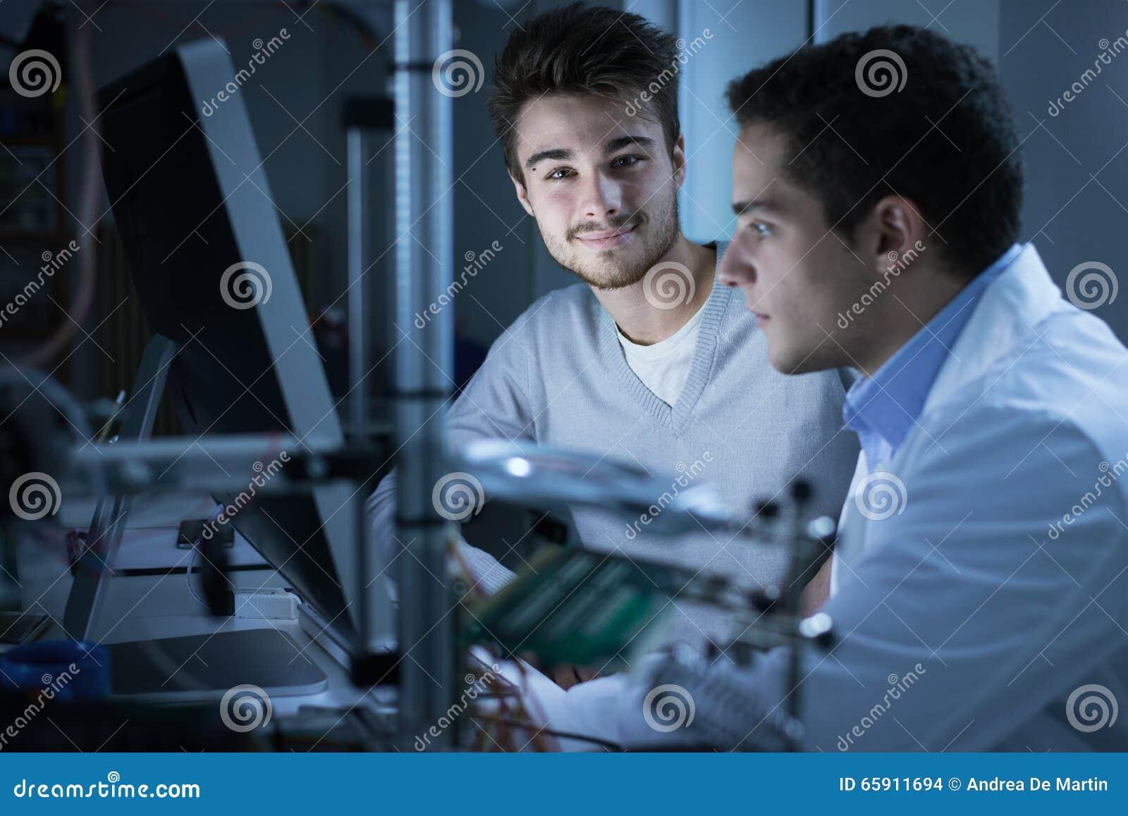 Ingenieros que usan un ordenador