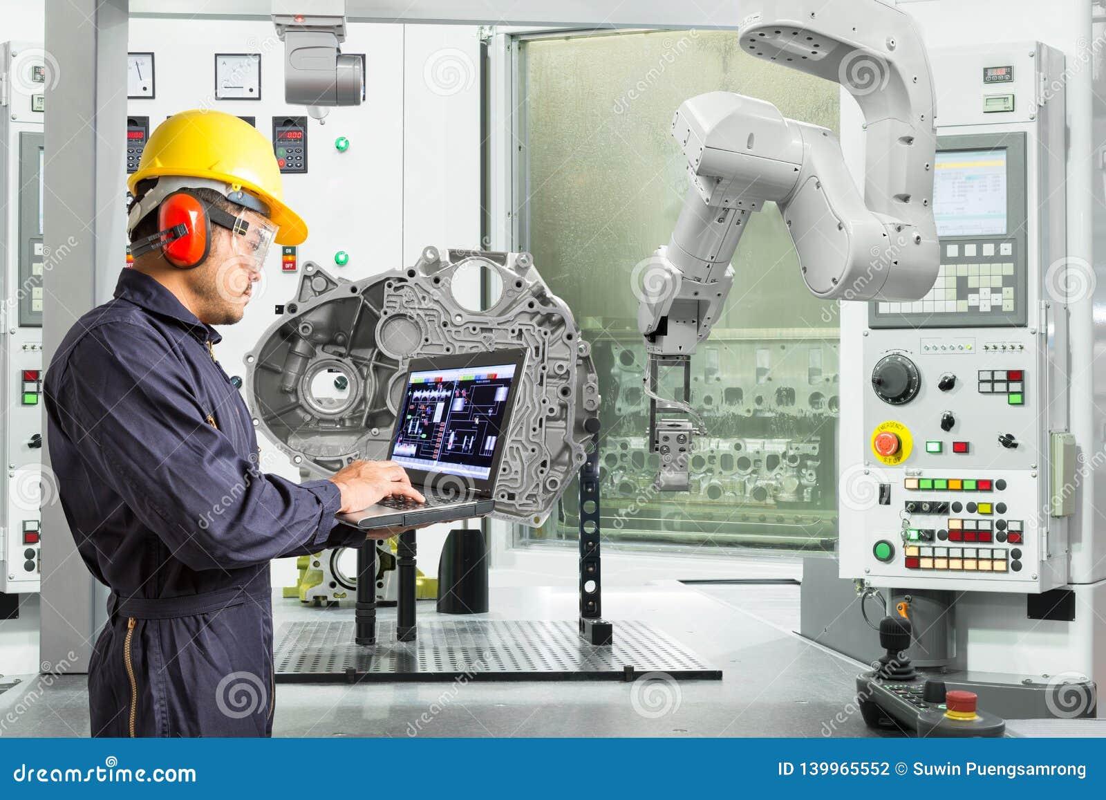 Ingenieur die laptop de automatische robotachtige hand van de computercontrole met CNC machine in de automobielindustrie, Slim fa