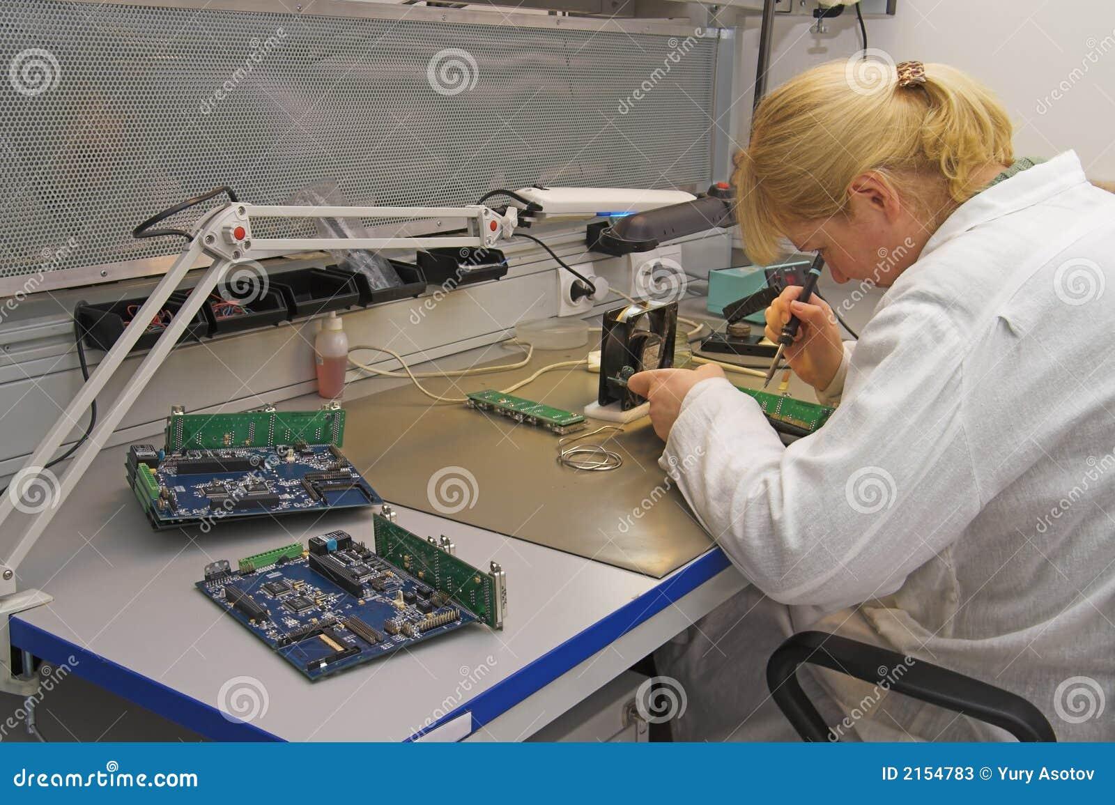 Ingenieur die met kringen werkt