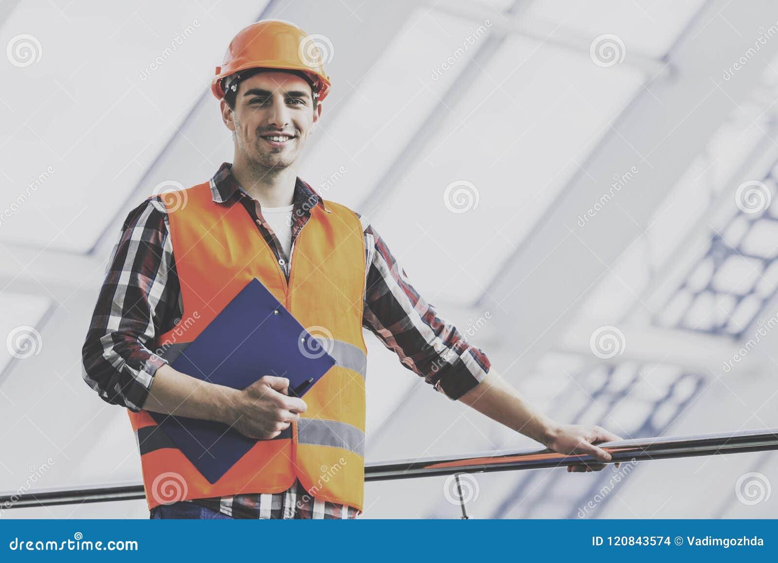 Ingenieur in Geel Vest en Helm met Tablet