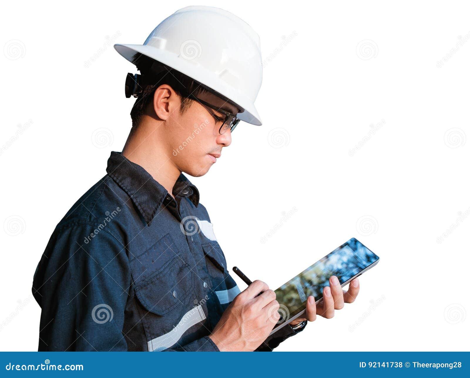 Ingenieur oder Techniker im weißen Sturzhelm, in den Gläsern und im blauen Arbeiten