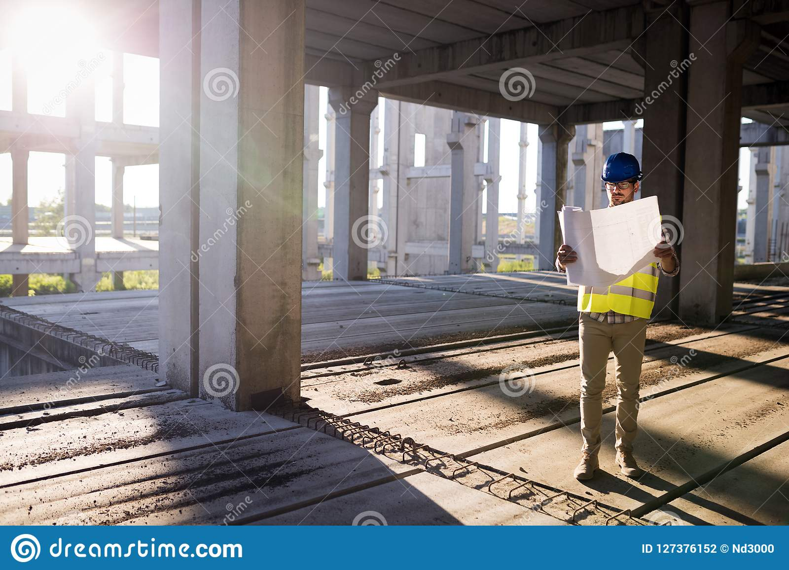 Ingenieure, die an einer Baustelle arbeiten