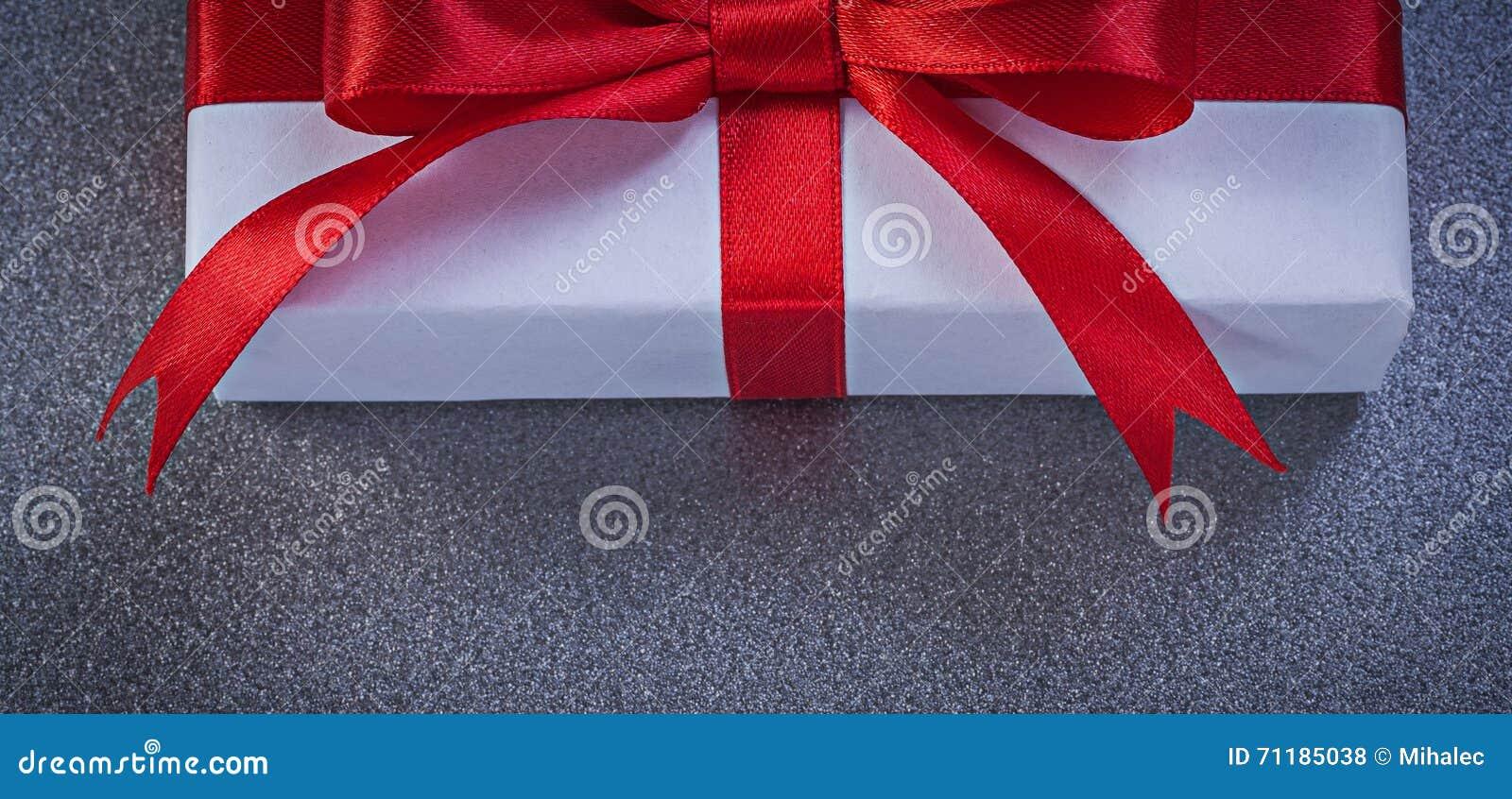 Ingepakte huidige doos op het grijze concept van de oppervlaktevakantie