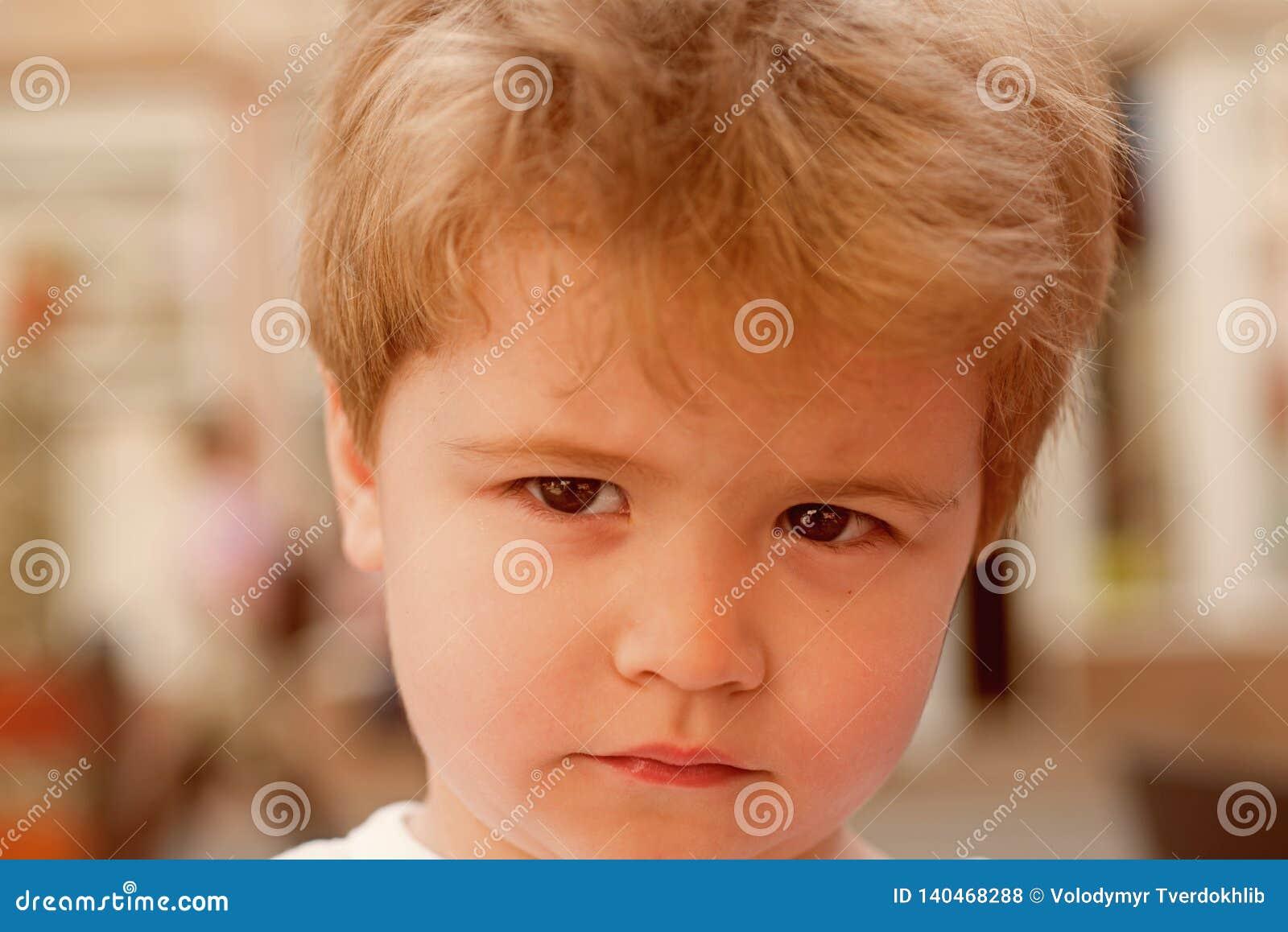 Inget oh Litet barn med stilfull frisyr Litet barn med kort frisyr Liten pojke med blont hår Sund haircare