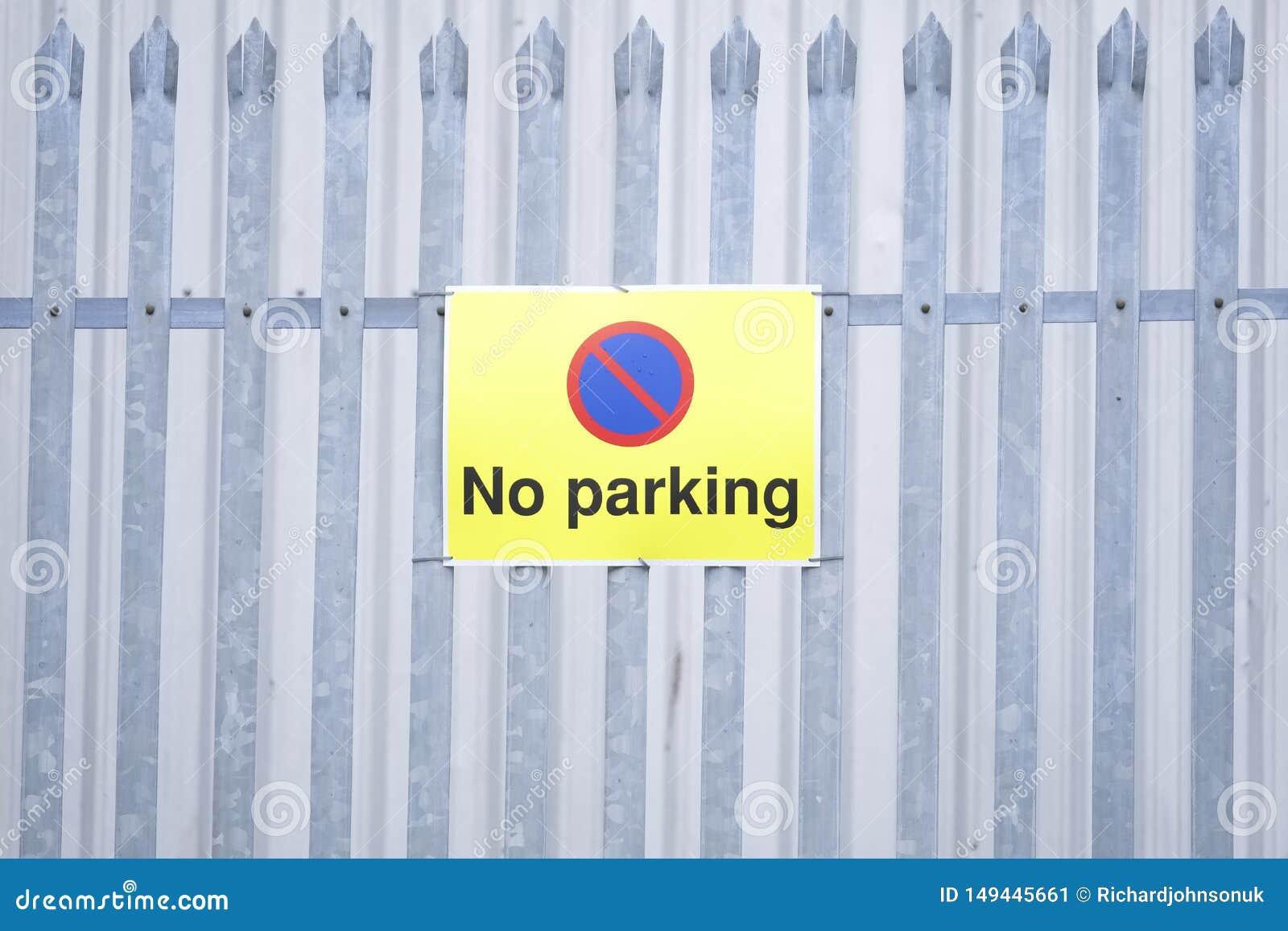 Inget parkera gult tecken på det privata staketet