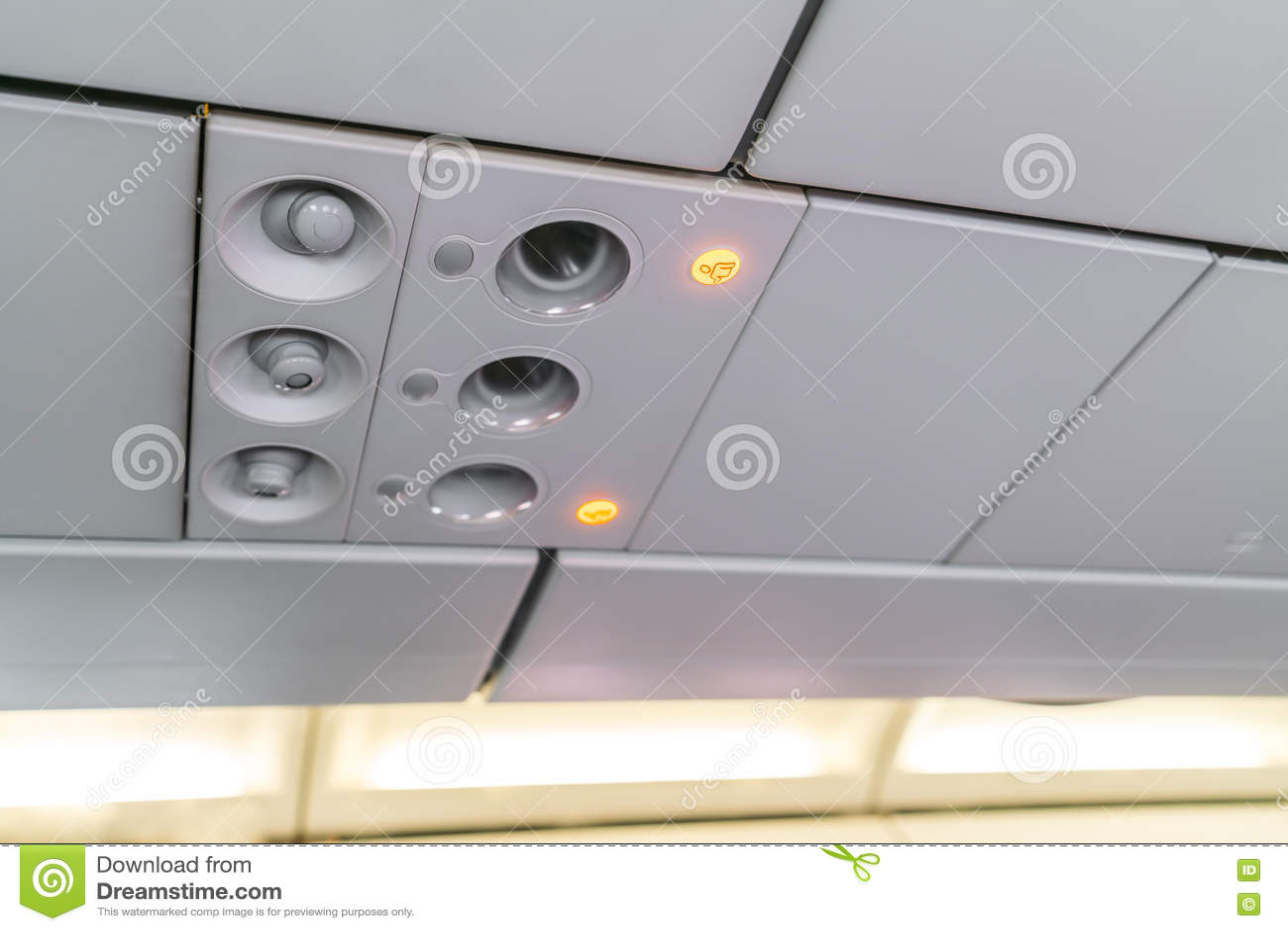 Inget - röka tecknet och säkerhetsbältet underteckna på flygplanet