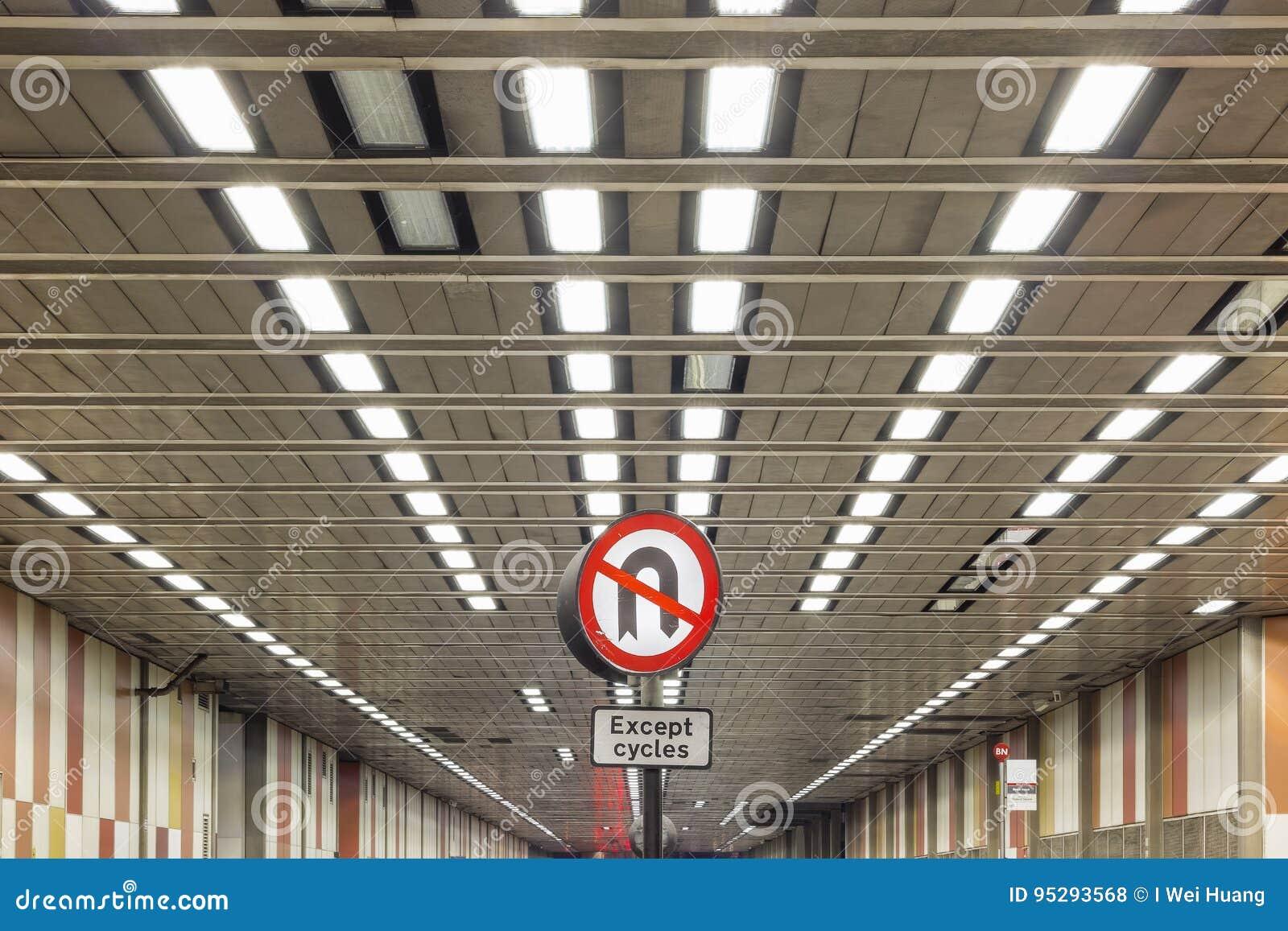 Inget U-svängtecken på bokträdgatatunnelen, London