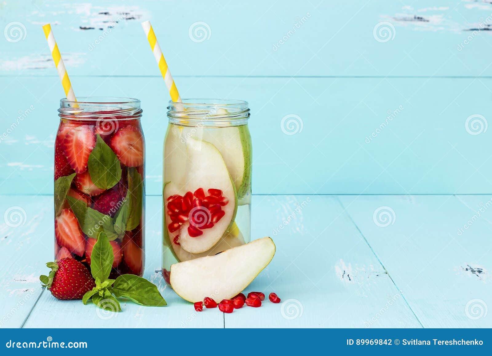 Ingett smaksatt vatten för Detox frukt Hemlagad coctail för uppfriskande sommar Rent äta kopiera avstånd