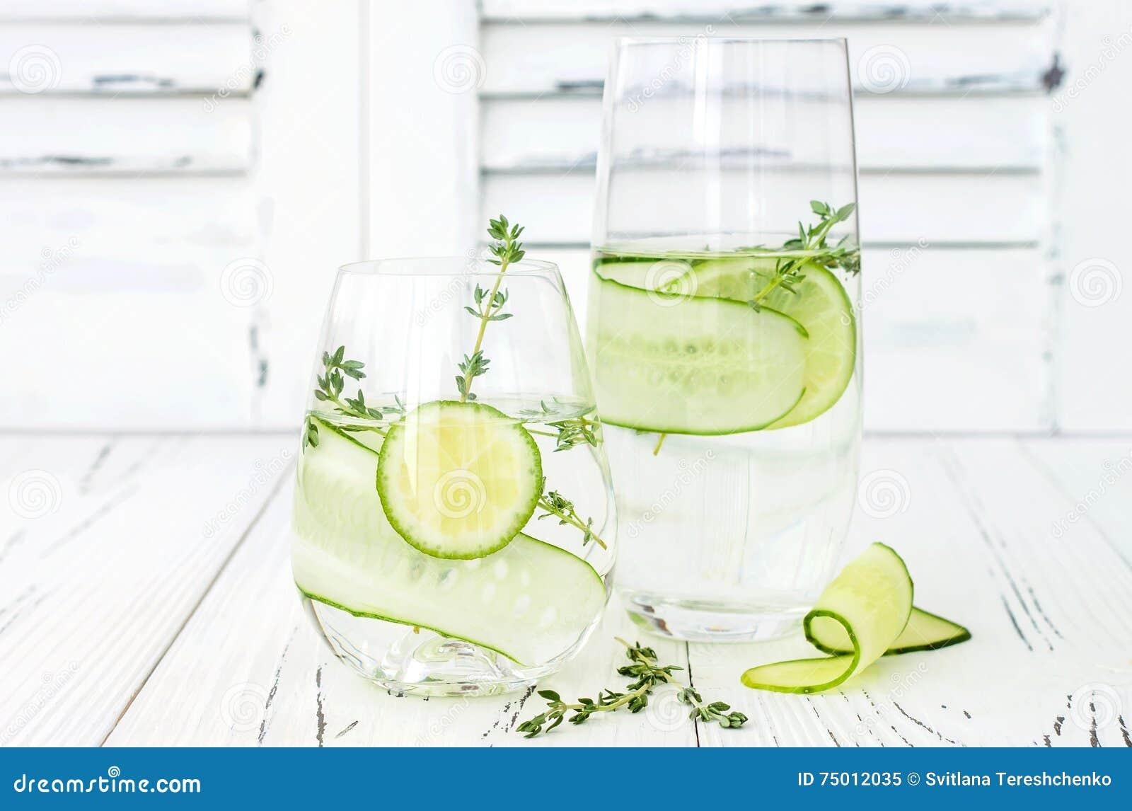 Ingiven gurka hydratisera vatten med timjan och limefrukt Hemlagad smaksatt lemonad på den lantliga gamla trätabellen