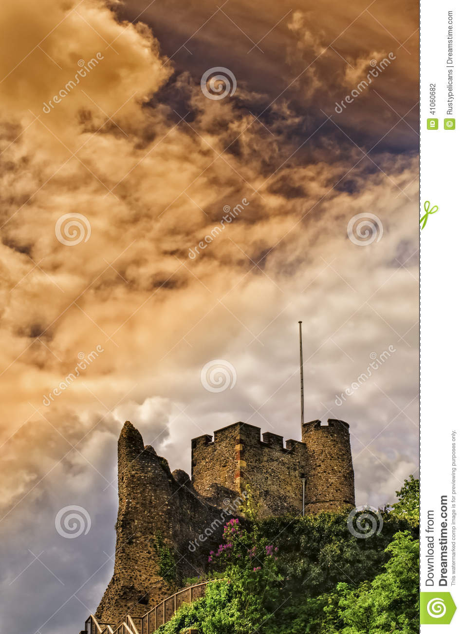 Inglese tradizionale Norman Castle Under Stormy Skies