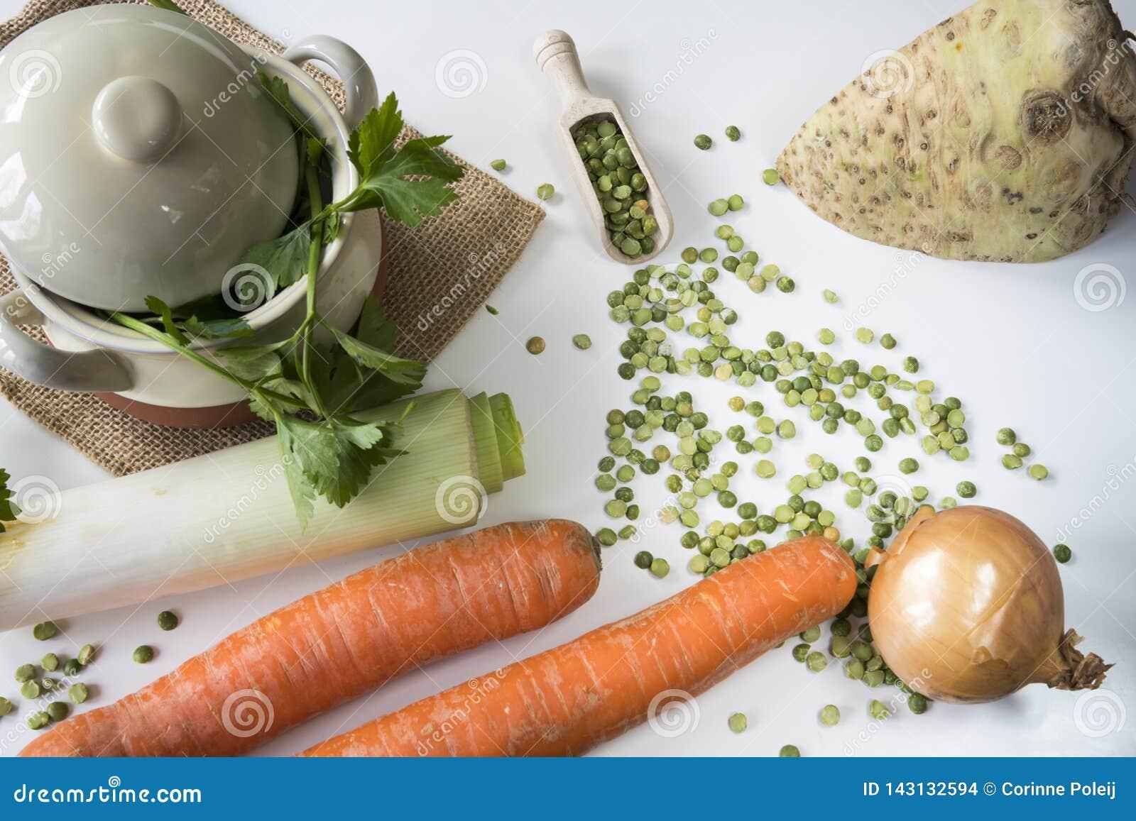 Ingrédients étendus plats pour la nourriture traditionnelle néerlandaise Erwtensoep, soupe aux pois fendue