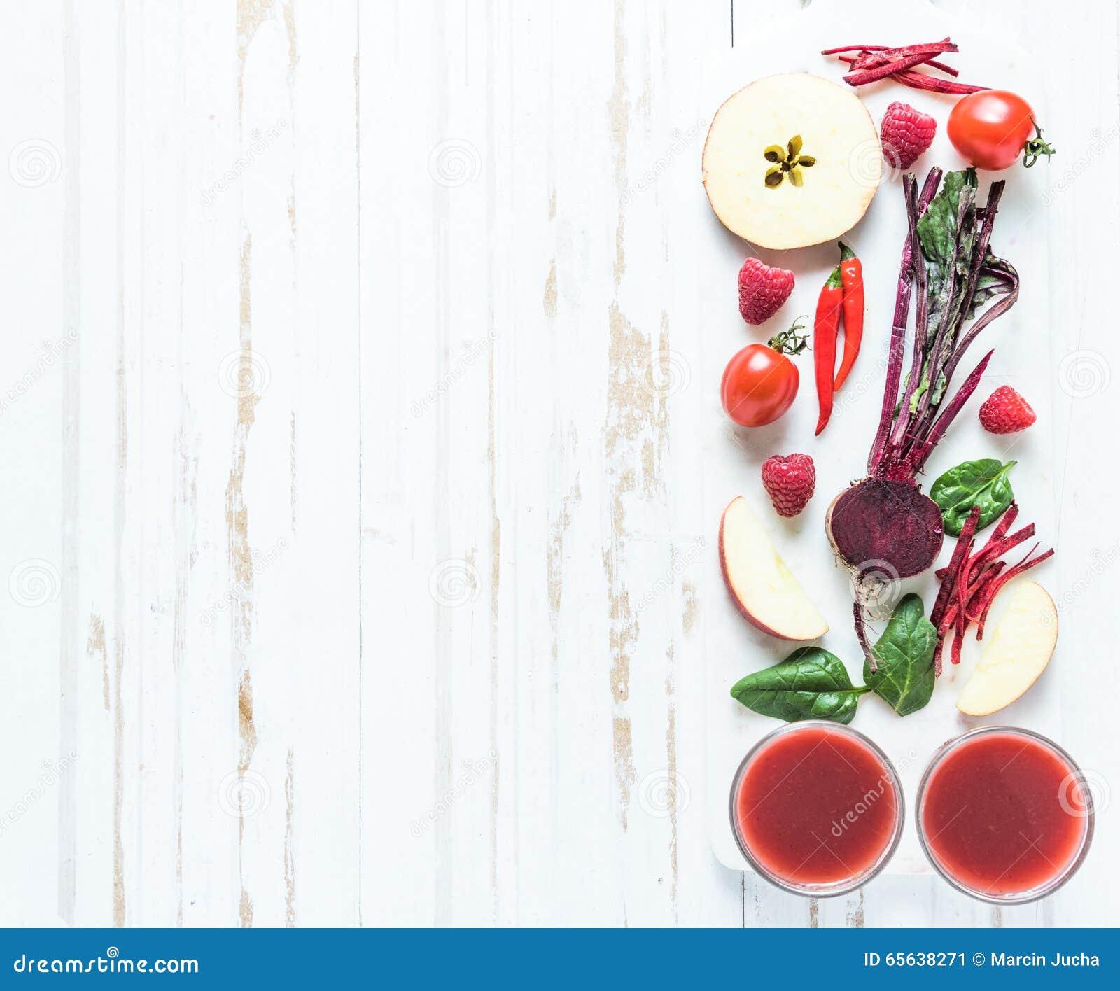 Ingrédients antioxydants rouges de smoothie sur la table