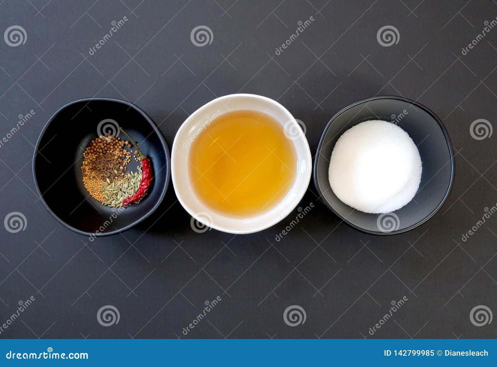 Ingrédients de marinade : épices, vin de riz de Shaoxing, et sucre secs dans des trois cuvettes