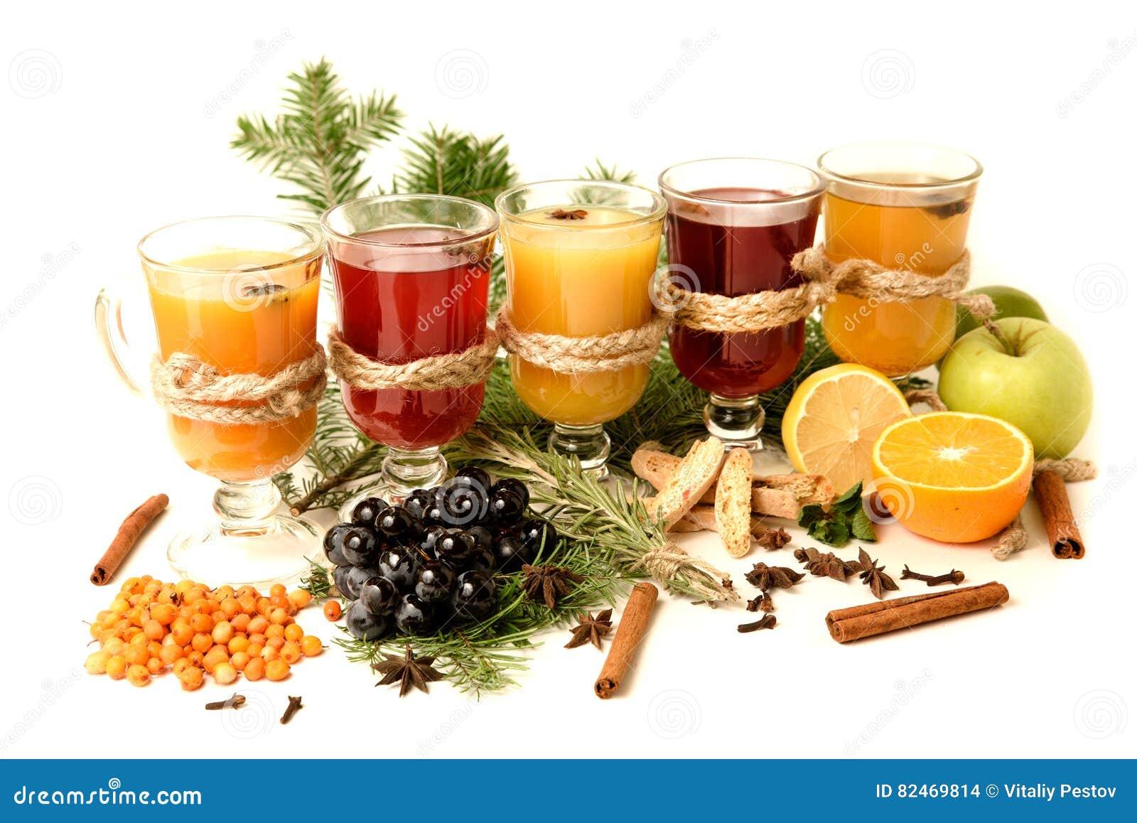 Ingrédients de vin chaud sur le fond lumineux Poinçon rouge chaud avec le fruit et les épices Boissons de nourriture de Noël