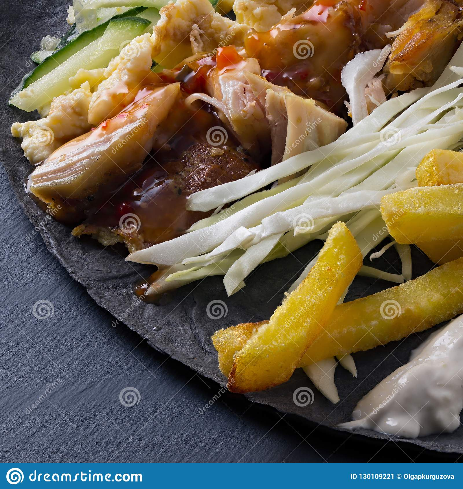Ingrédients pour faire cuire le mensonge de shawarma sur un pain pita