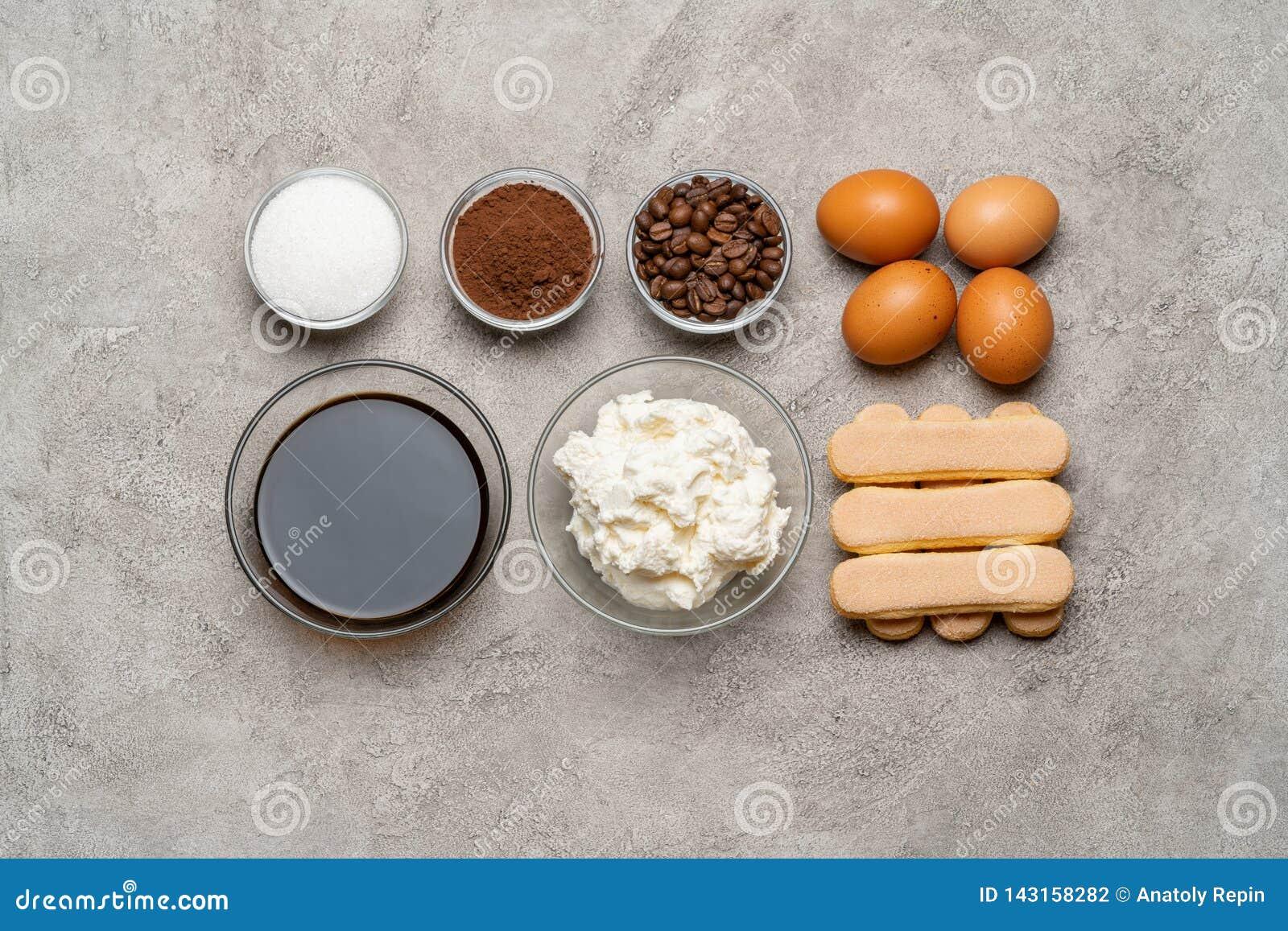 Ingrédients pour faire cuire le tiramisu - biscuits, mascarpone, fromage, sucre, cacao, café et oeuf de biscuit de Savoiardi