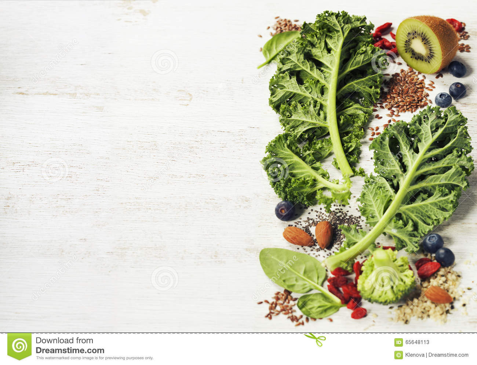 Ingrédients pour faire le smoothie ou la salade vert sain