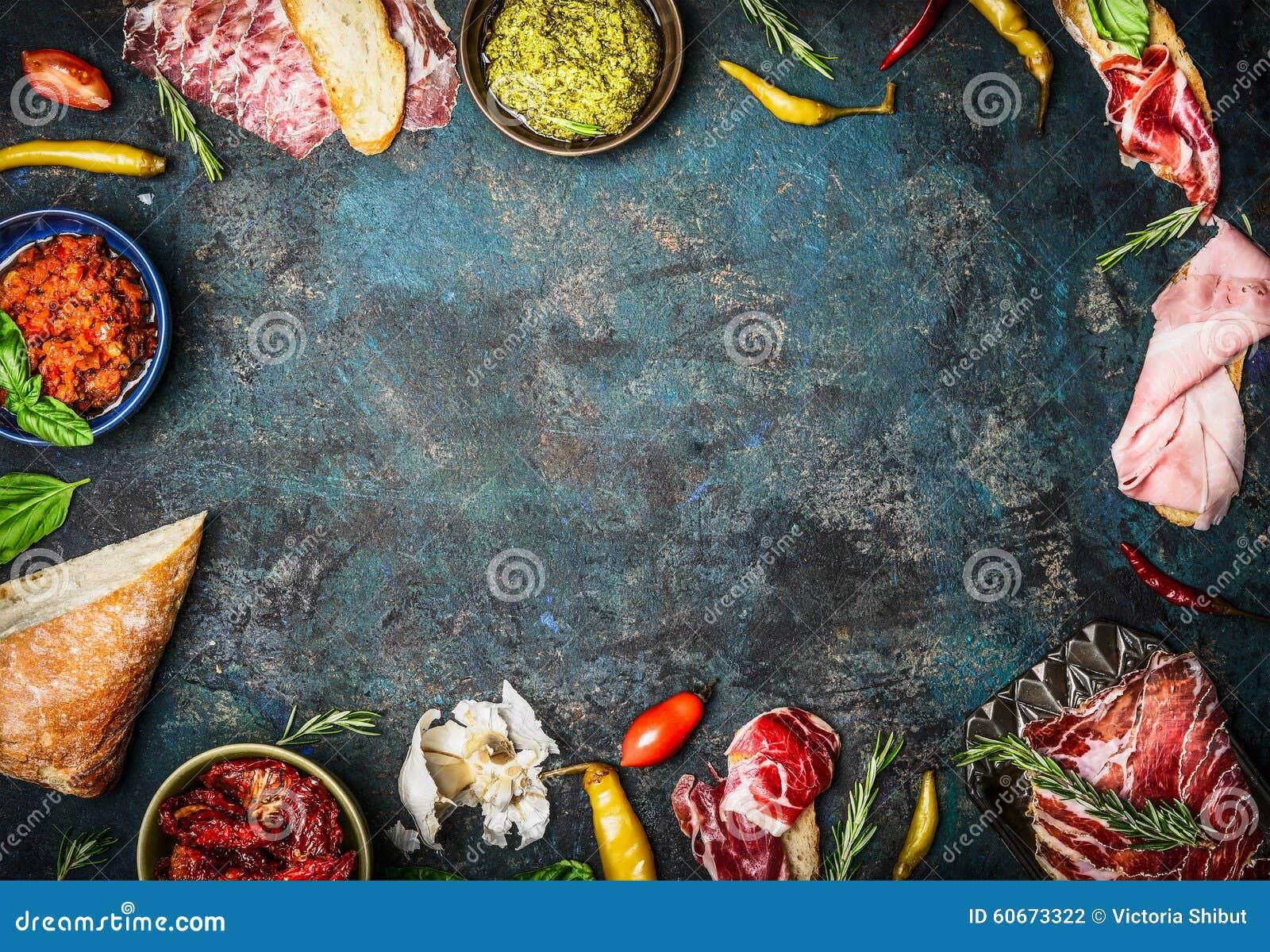 Ingrédients pour la barre italienne de casse-croûte, de bruschette, de crostini ou de sandwich avec du jambon, la saucisse et l a