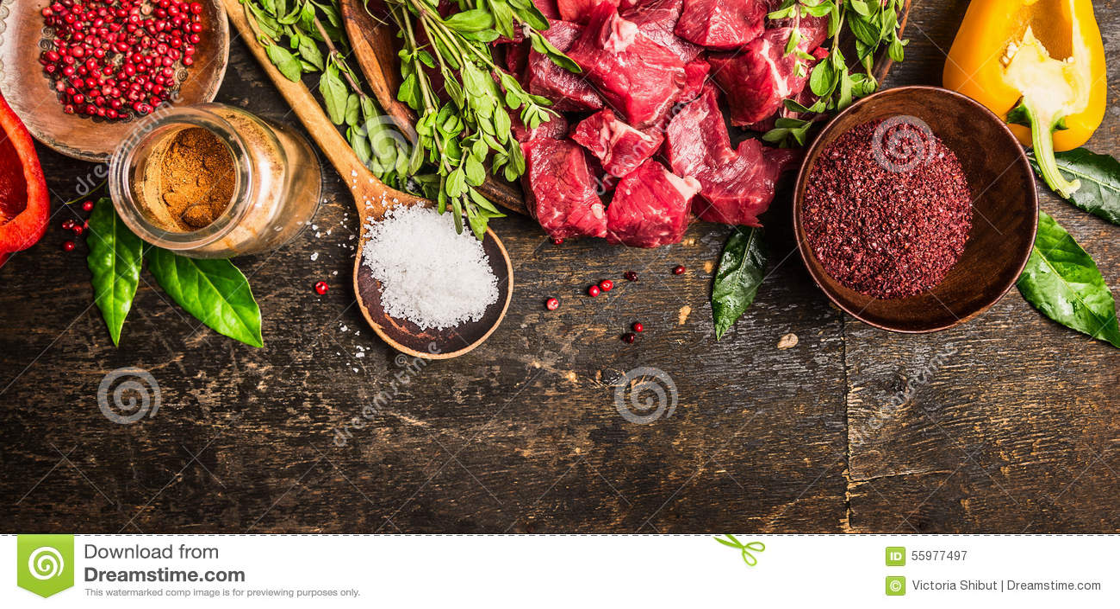 Ingrédients pour la cuisson de goulache ou de ragoût : viande crue, herbes, épices, légumes et cuillère de sel sur le fond en boi
