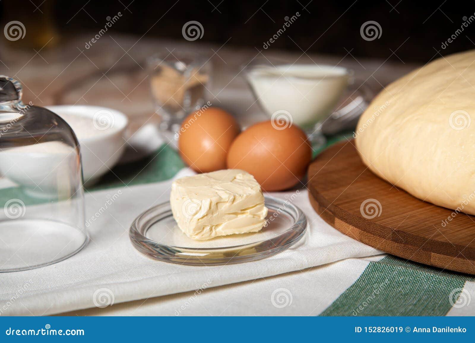 Ingr?dients de boulangerie Sur la table sont le beurre, oeufs, lait, levure, sucre
