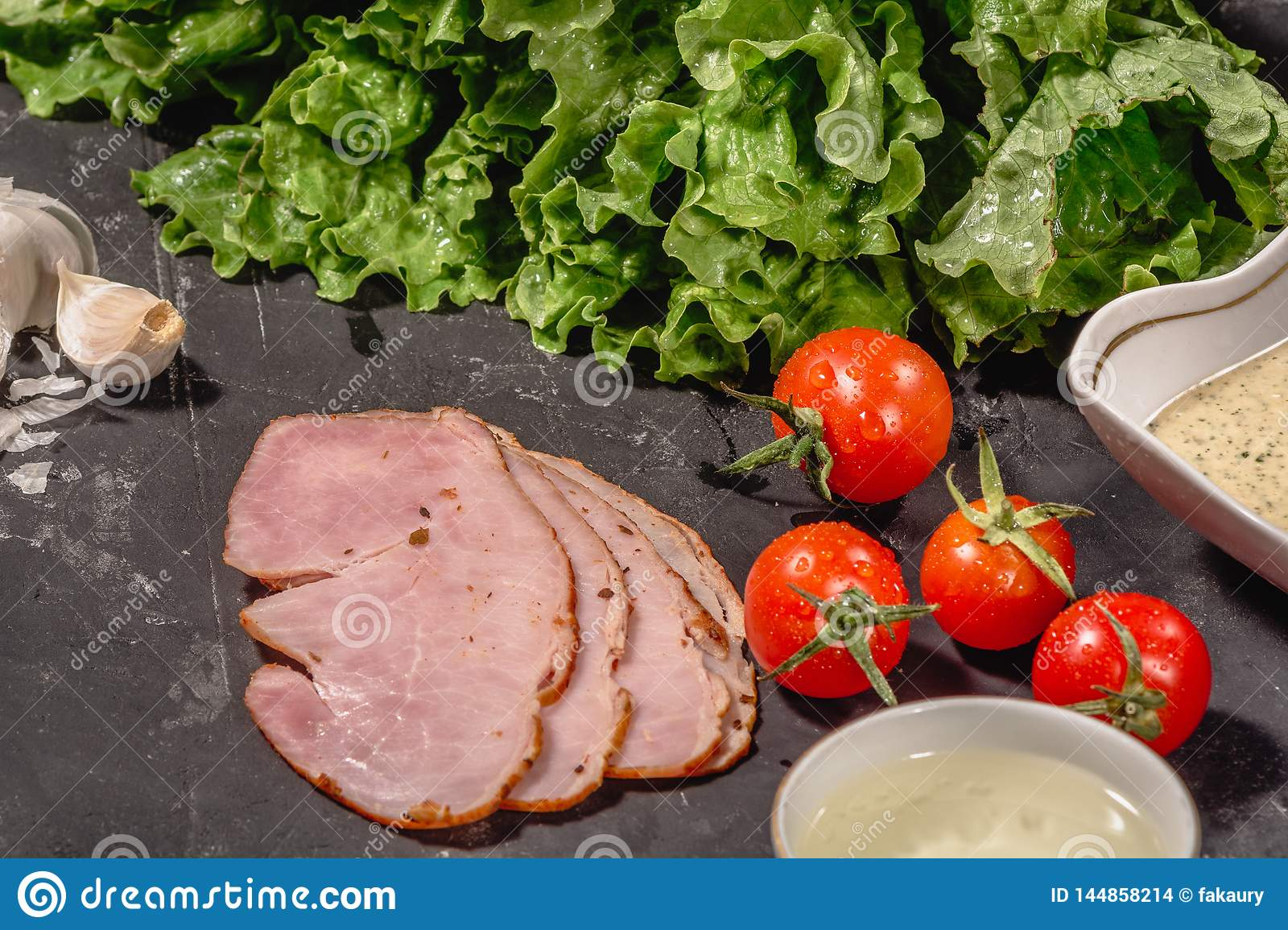 Ingr?dients pour faire cuire la bruschette italienne sur la table fonc?e E