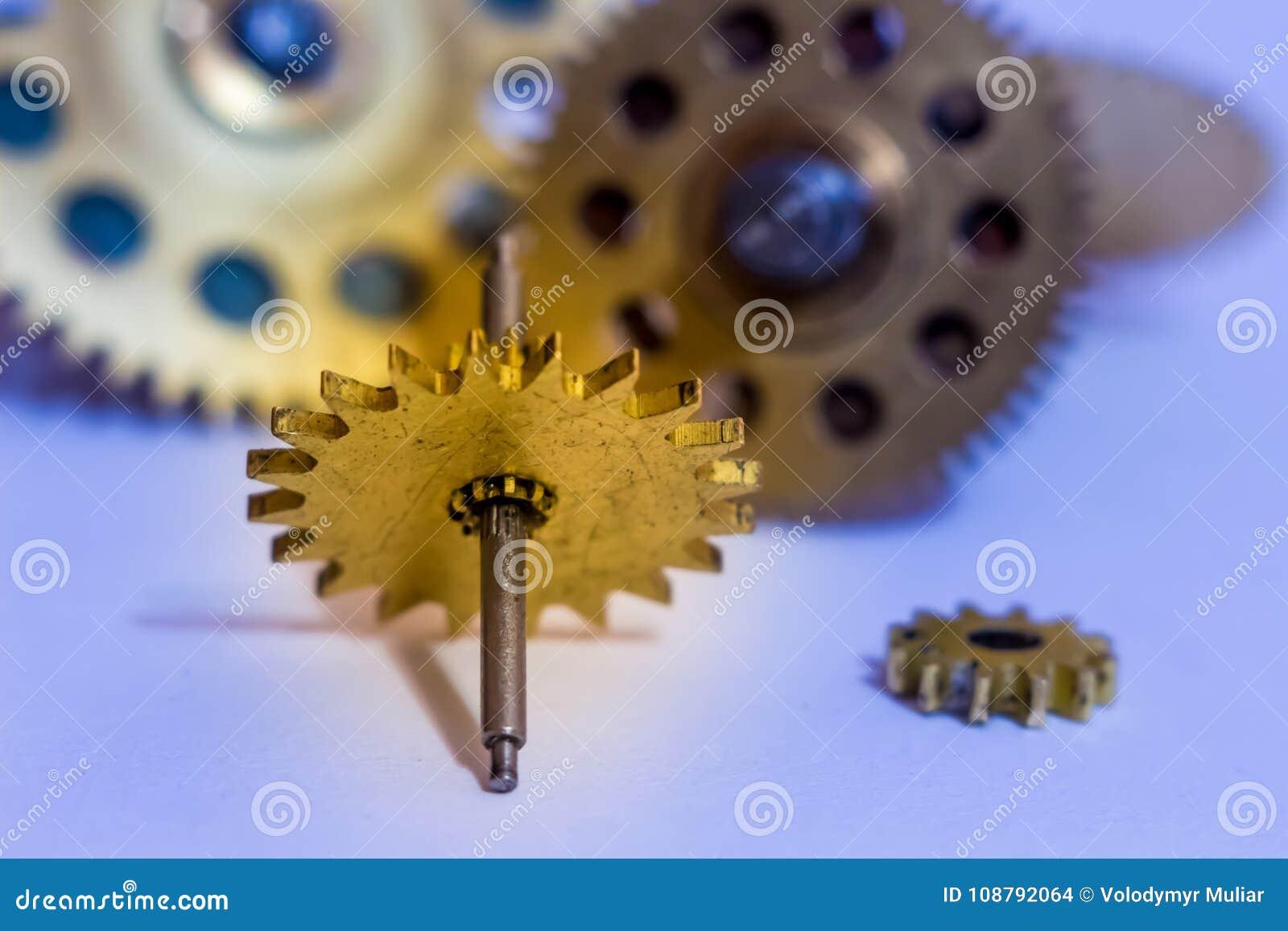 Ingranaggi dai vecchi orologi, un esempio per lo studio dei modi del trasferimento