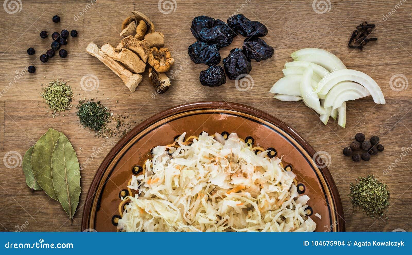 Ingrediënten van bigos, traditionele schotel van poetsmiddelkeuken