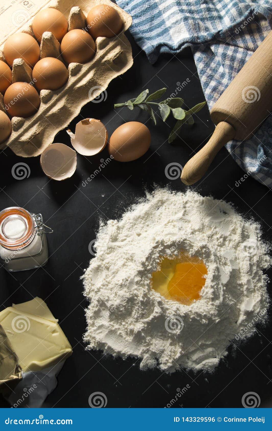 Ingrediënten van het maken van een tot cake of een pastei, met eieren, suiker en boter