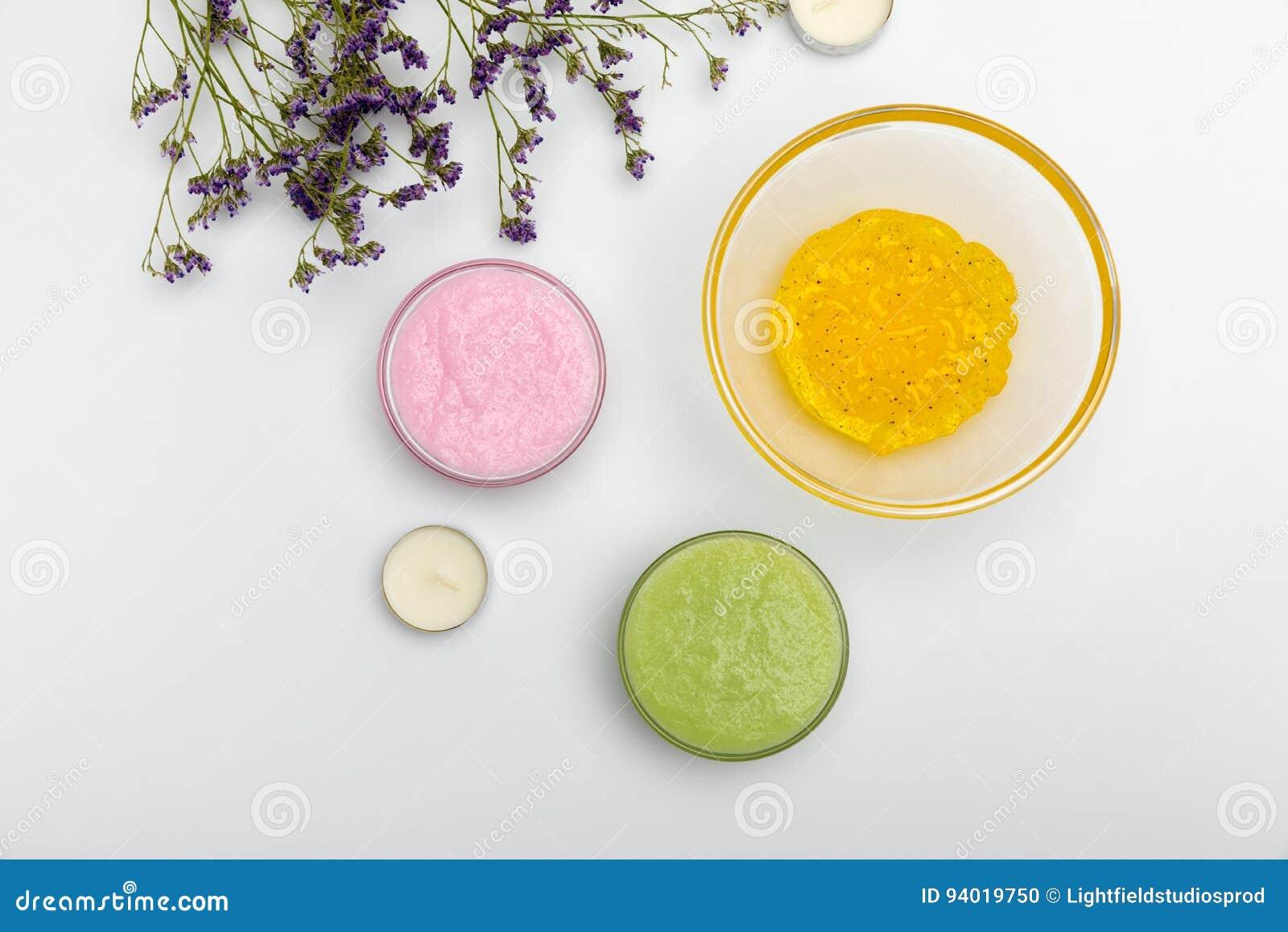 Ingrediënten voor eigengemaakte schoonheidsmiddelen die op wit worden geïsoleerd