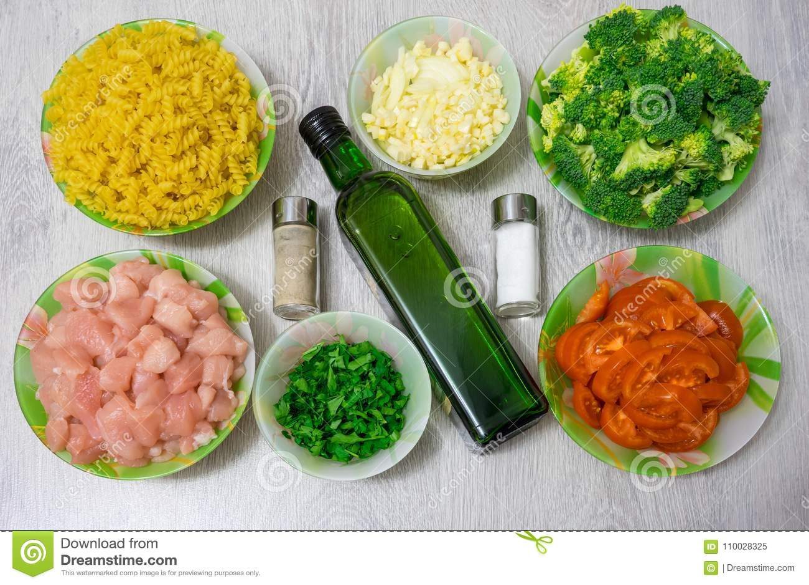 Ingrediënten voor het koken van deegwaren met kip en broccoli