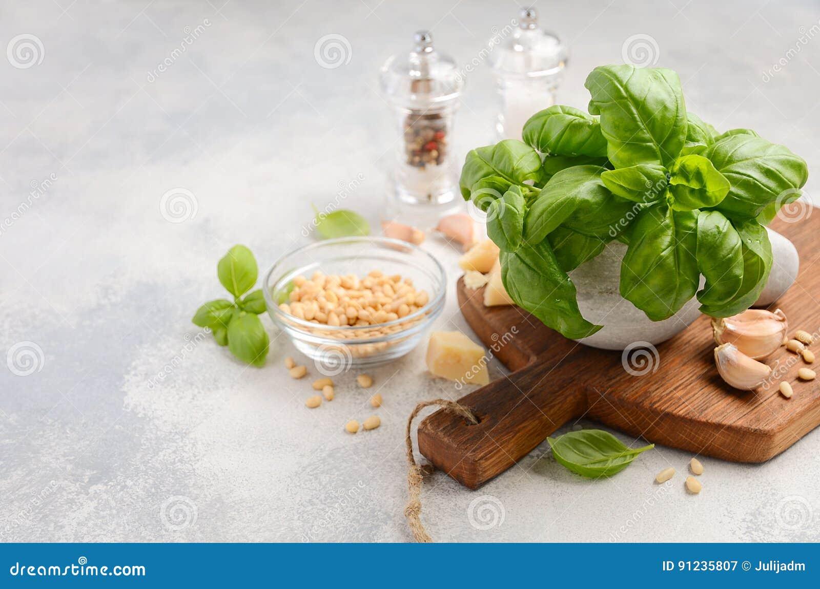 Ingrediënten voor het maken van groene pestosaus Gezond Italiaans voedsel